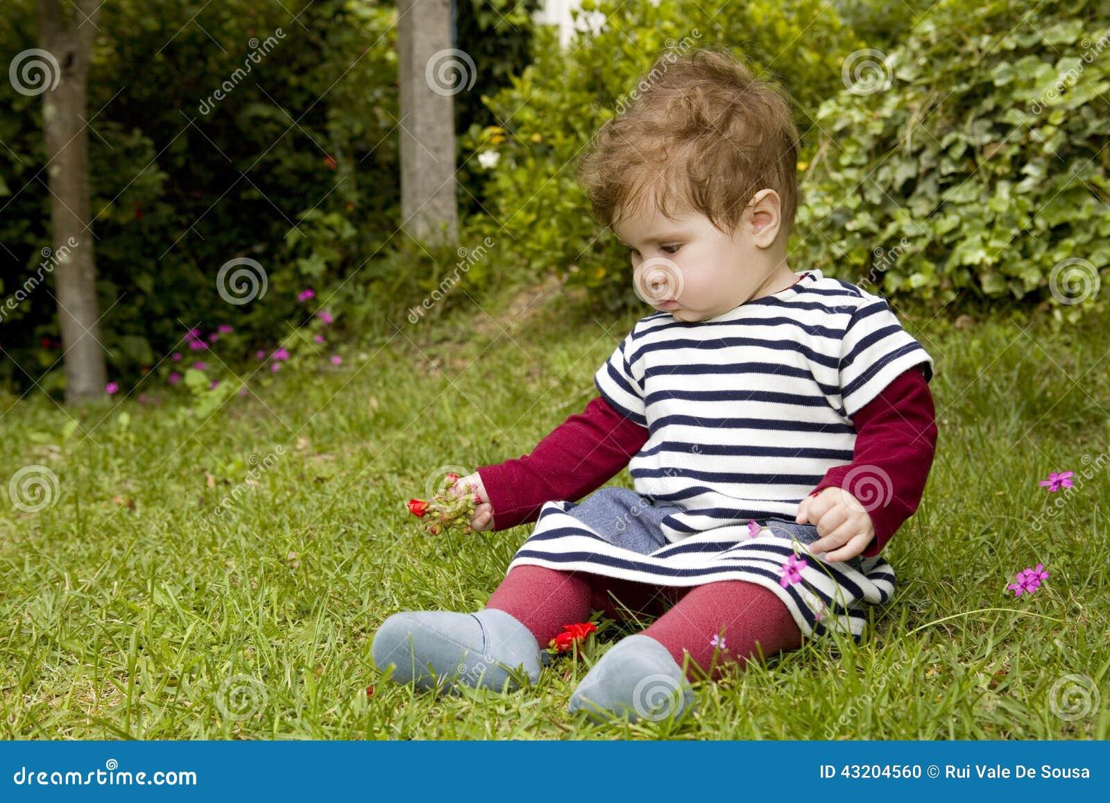Download Behandla som ett barn arkivfoto. Bild av barndom, klänning - 43204560