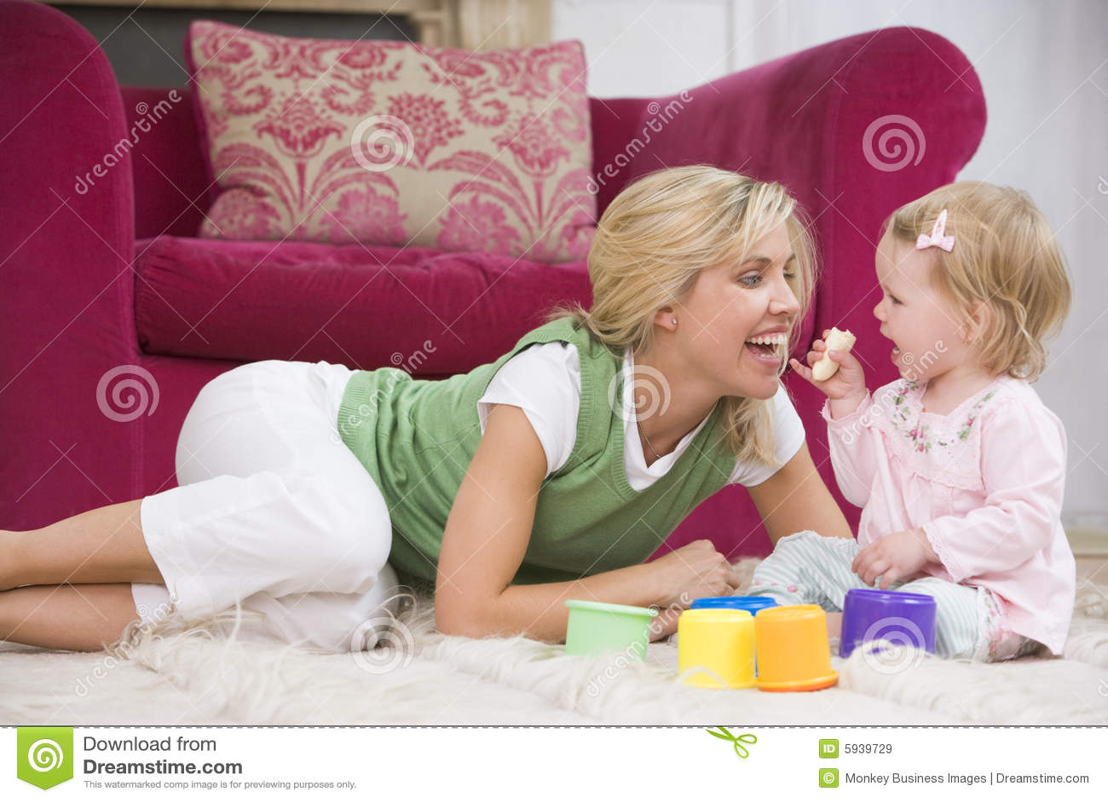 Behandla som ett barn bananen som äter strömförande moderlokal