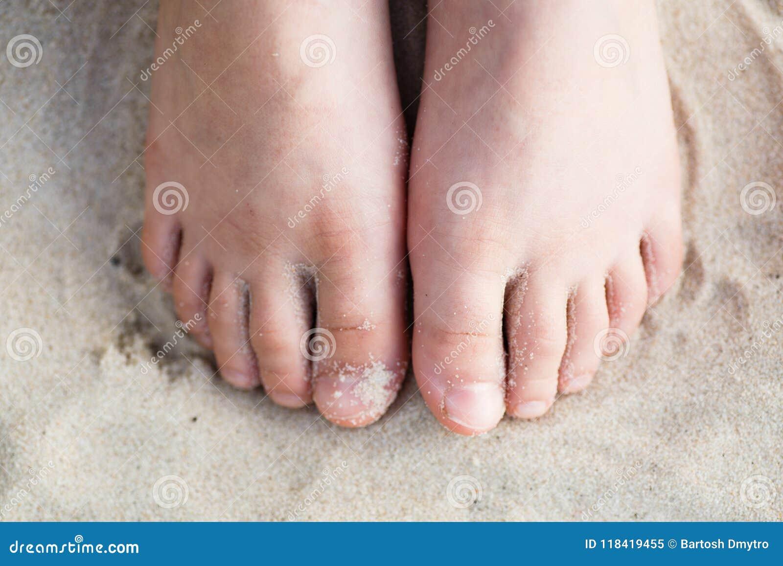 Behandla som ett barn ben för ` s på en sand