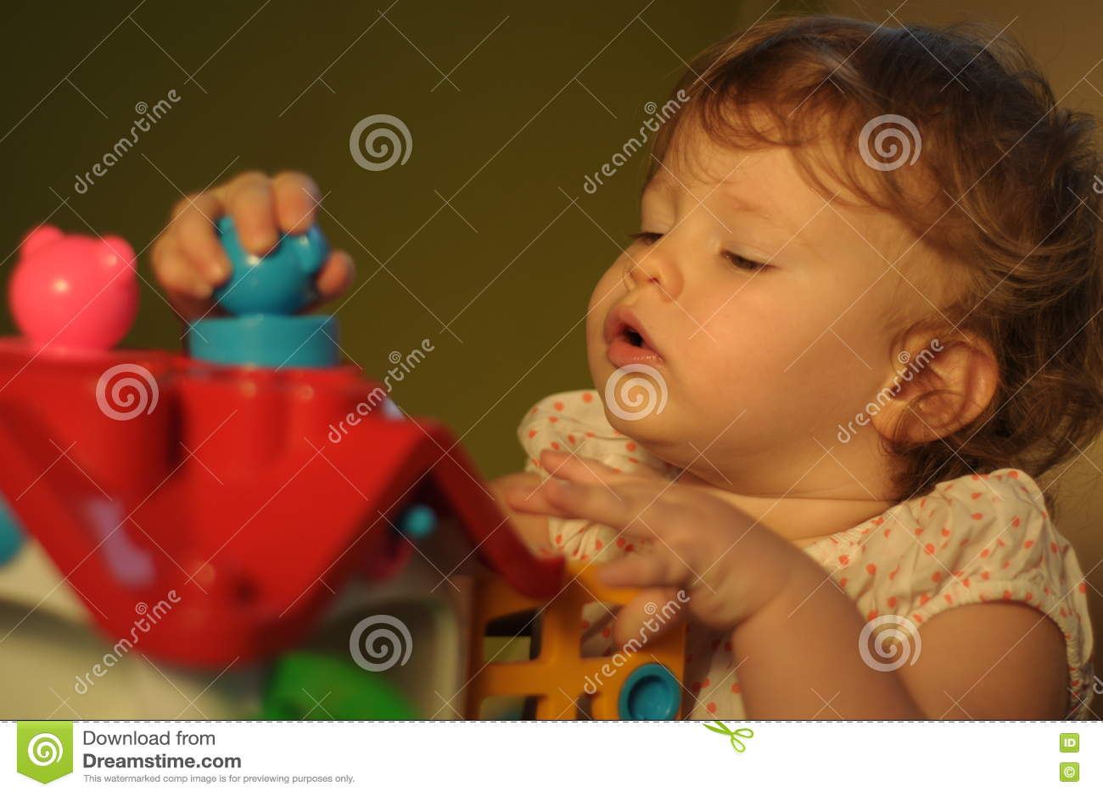 Behandla som ett barn den gulliga flickan