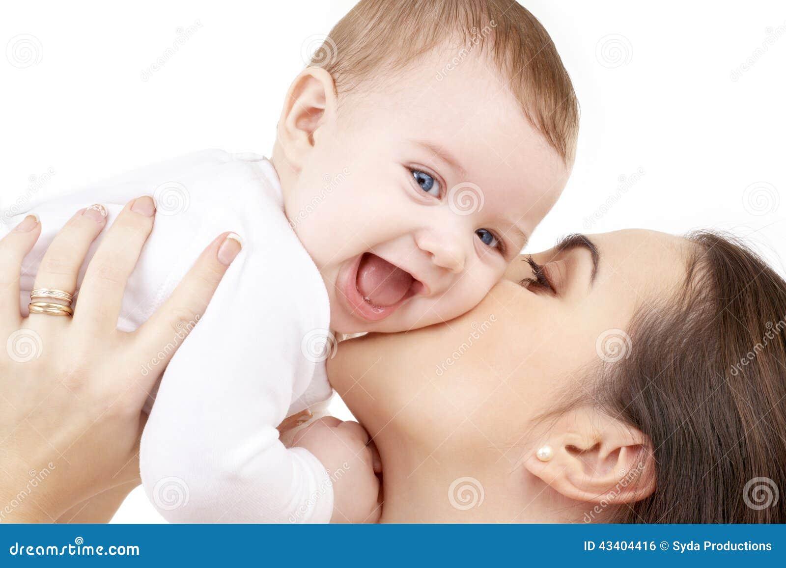 Behandla som ett barn den lyckliga kyssande modern