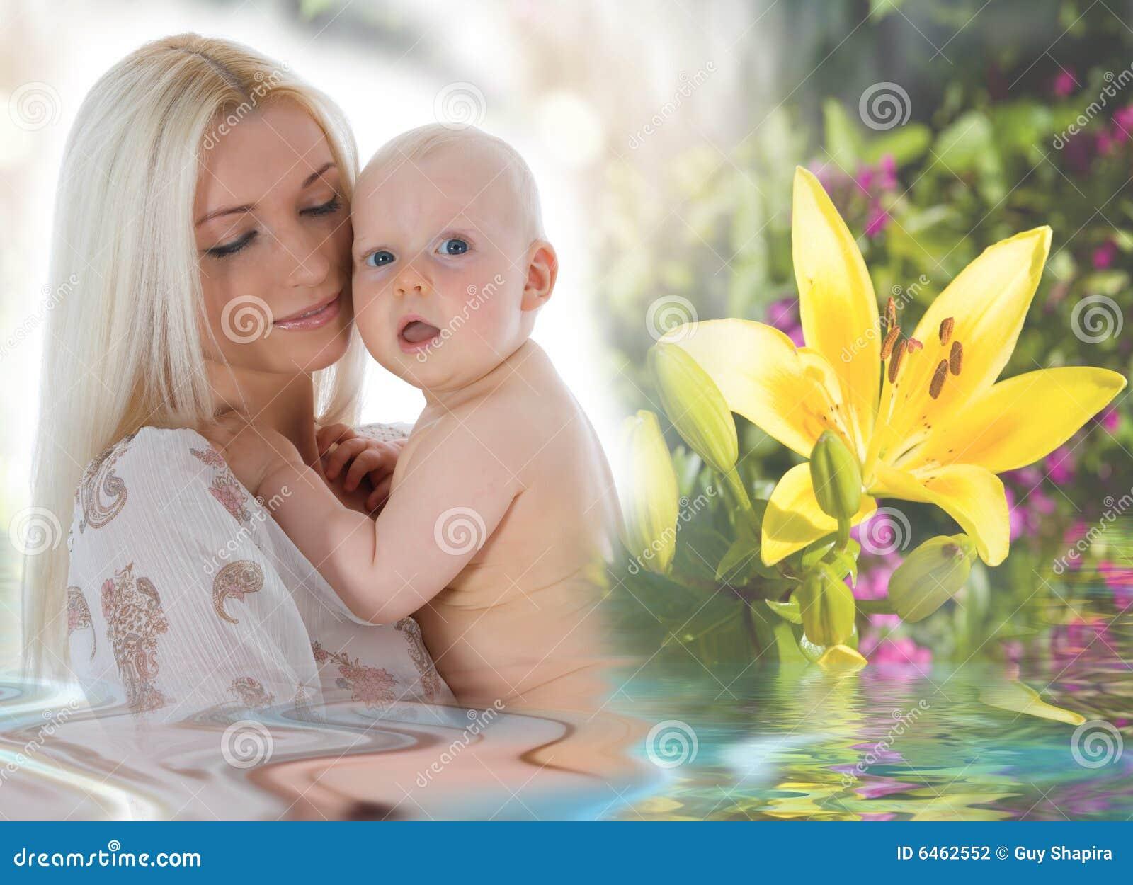 Behandla som ett barn den lyckliga modern