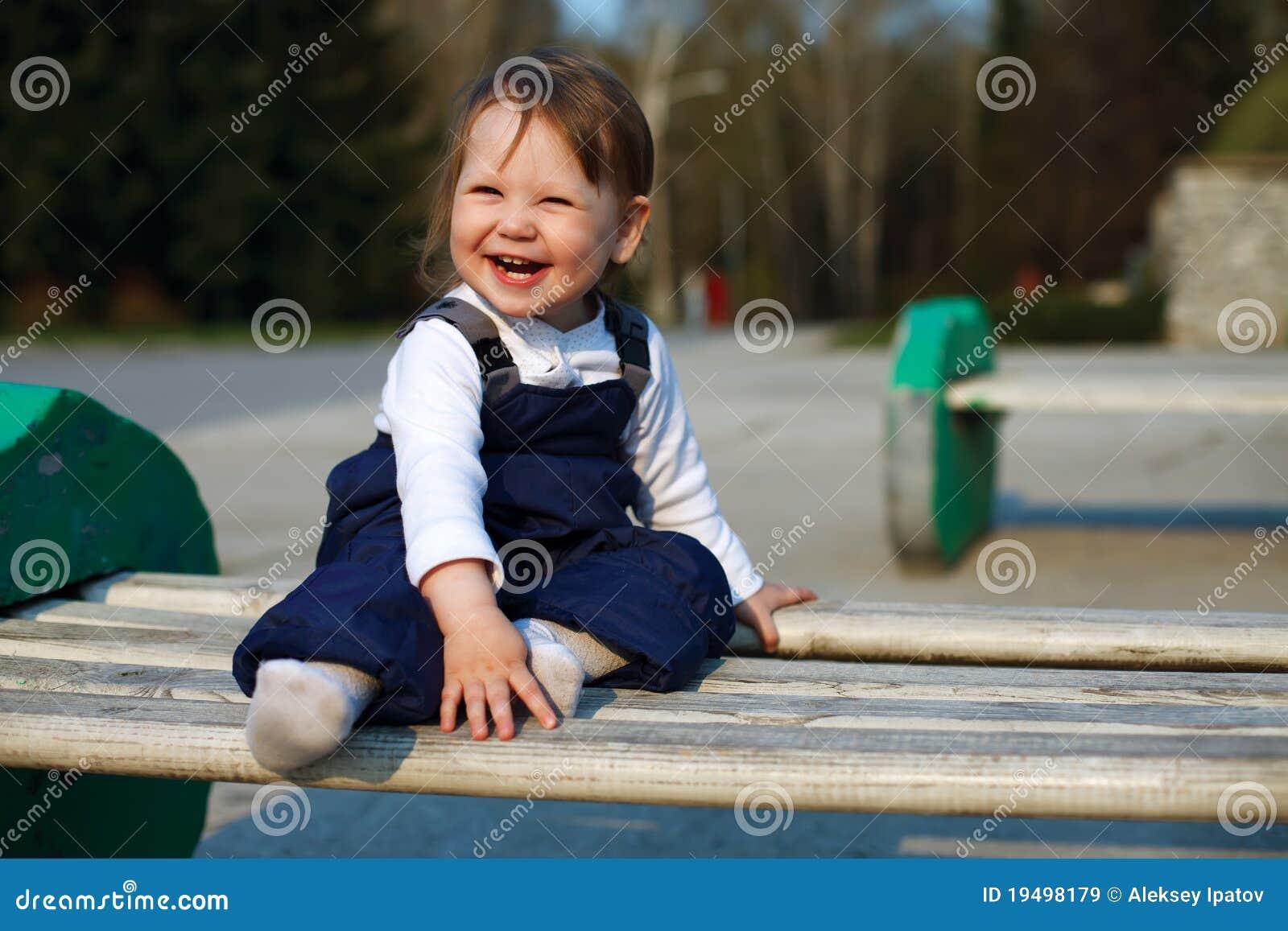 Behandla som ett barn den lyckliga parken för flickan