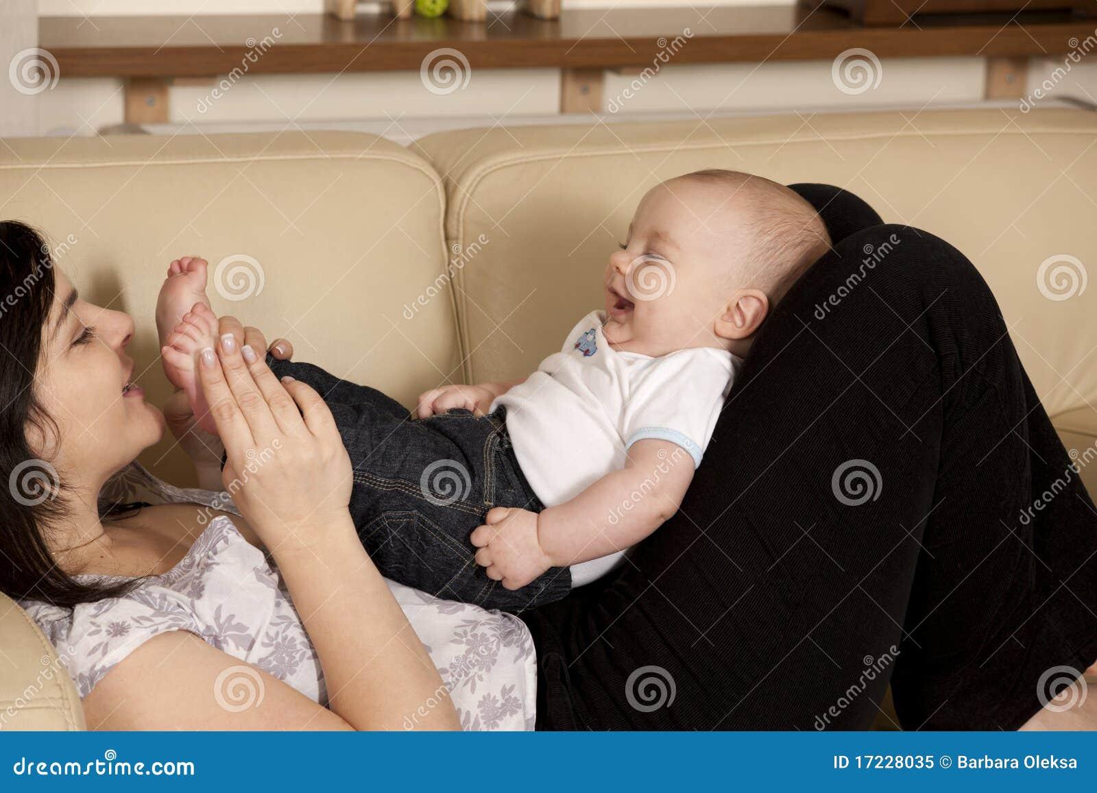 Behandla som ett barn den skratta modern