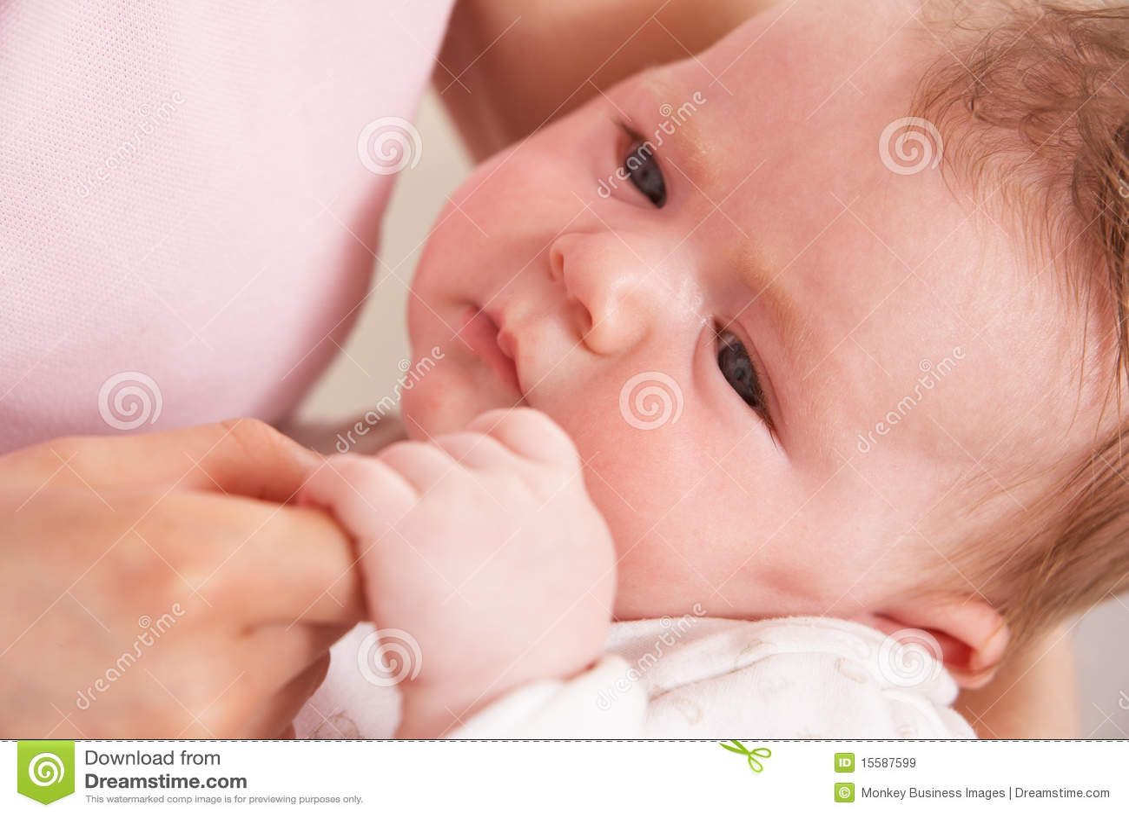 Behandla som ett barn för handholdingen för pojken täta mödrar upp