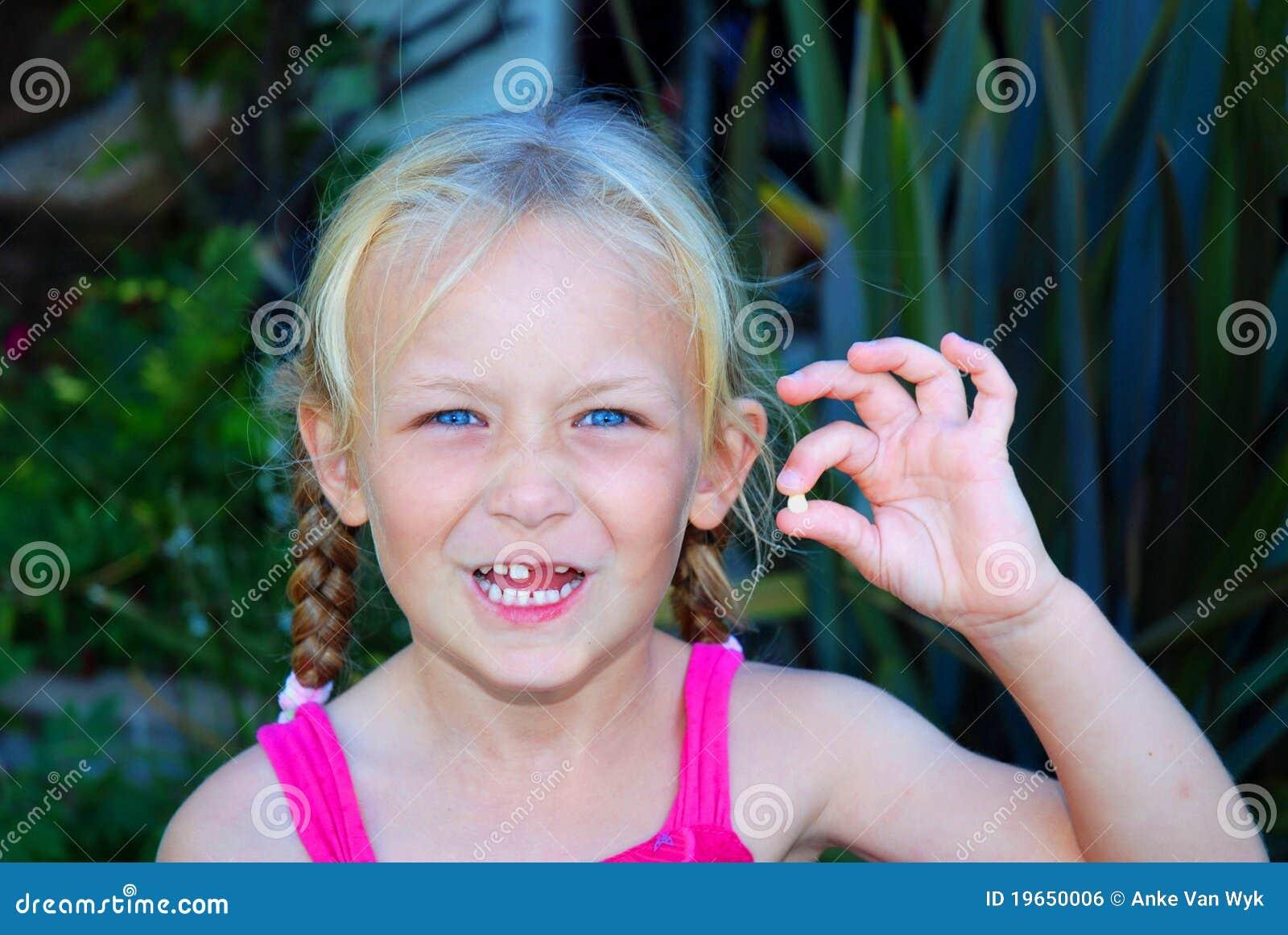 Behandla som ett barn flickan little förlorad tand