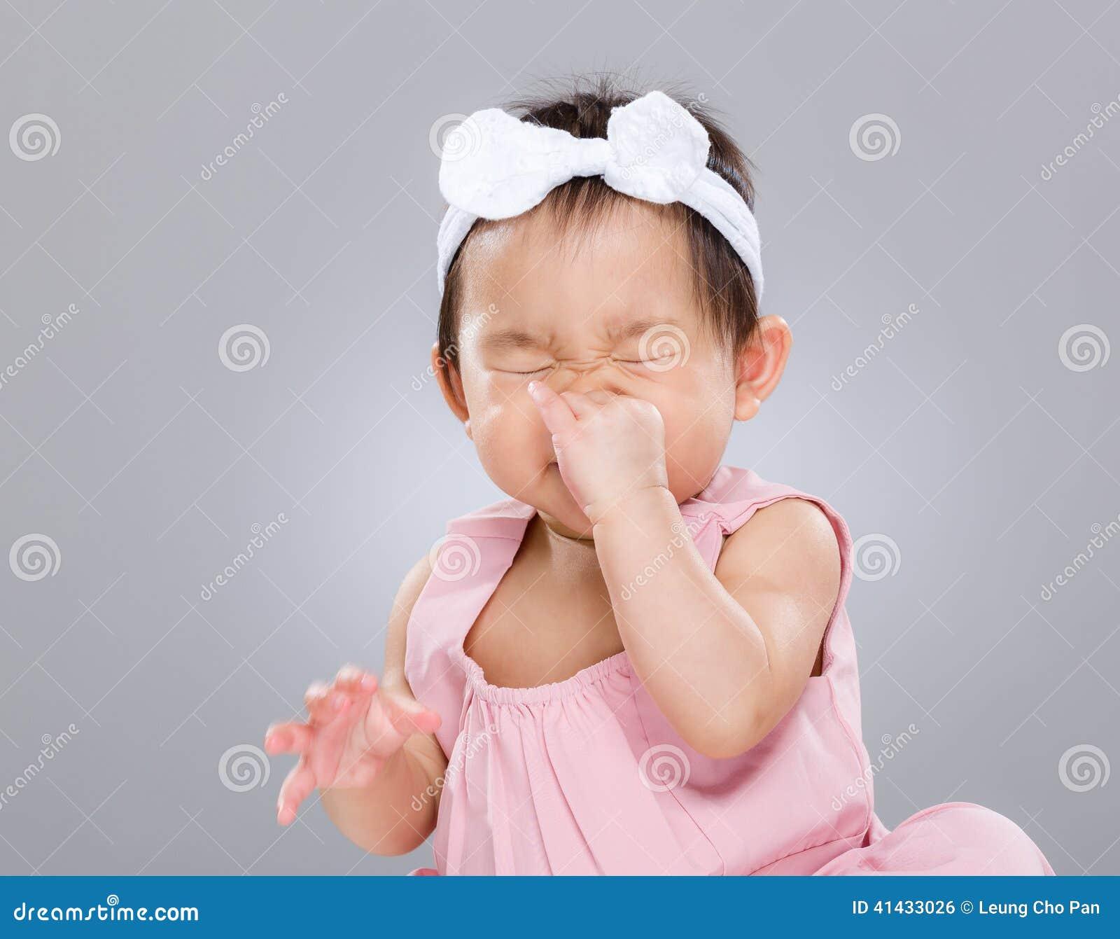 Behandla som ett barn flickan nyser