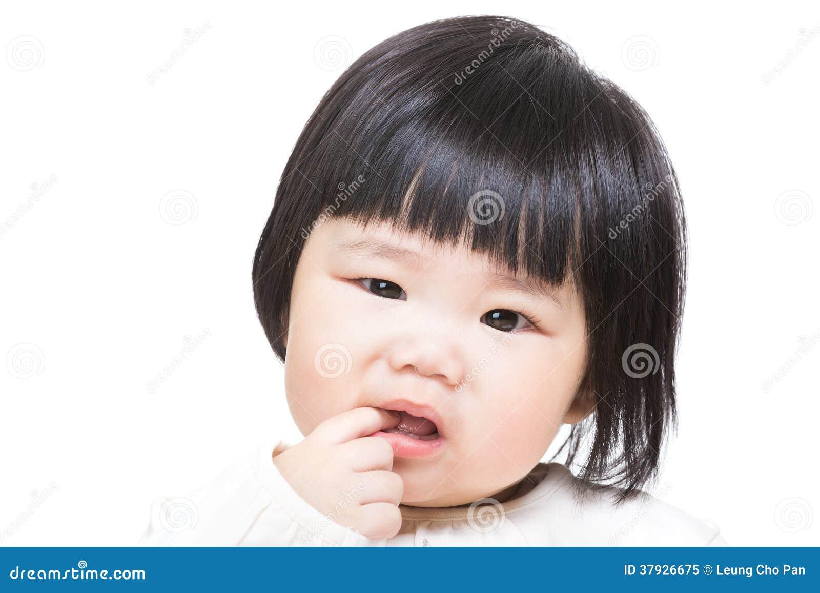 Behandla som ett barn flickan suger fingret in i mun