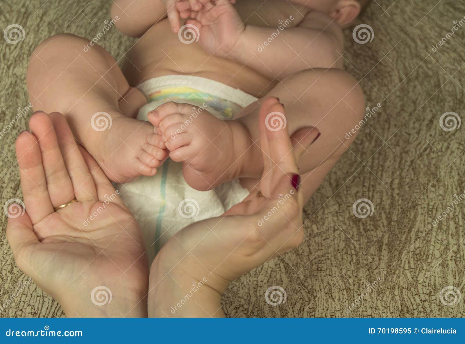Behandla som ett barn fot i moderhänder lycklig begreppsfamilj