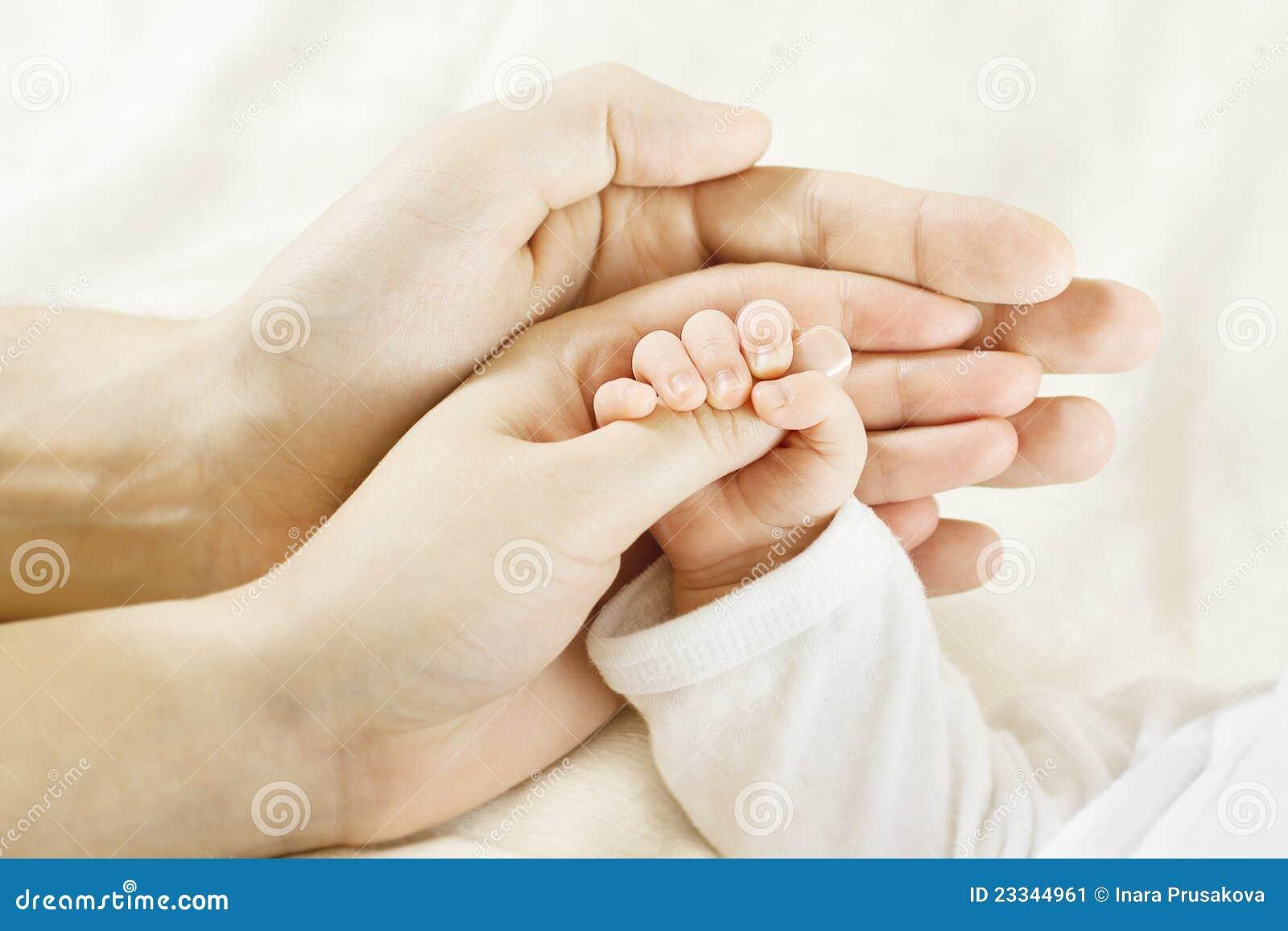 Behandla som ett barn händer för begreppsfamiljhanden inom föräldrar