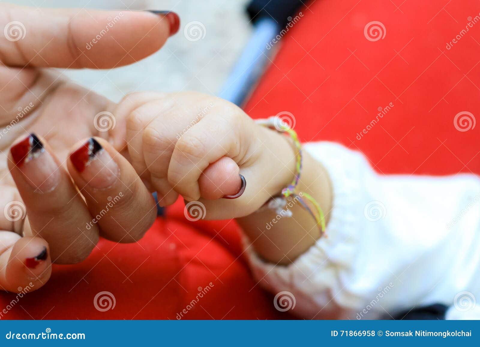 Behandla som ett barn hand- och moderhandslutet upp: begrepp av förälskelse och familjen
