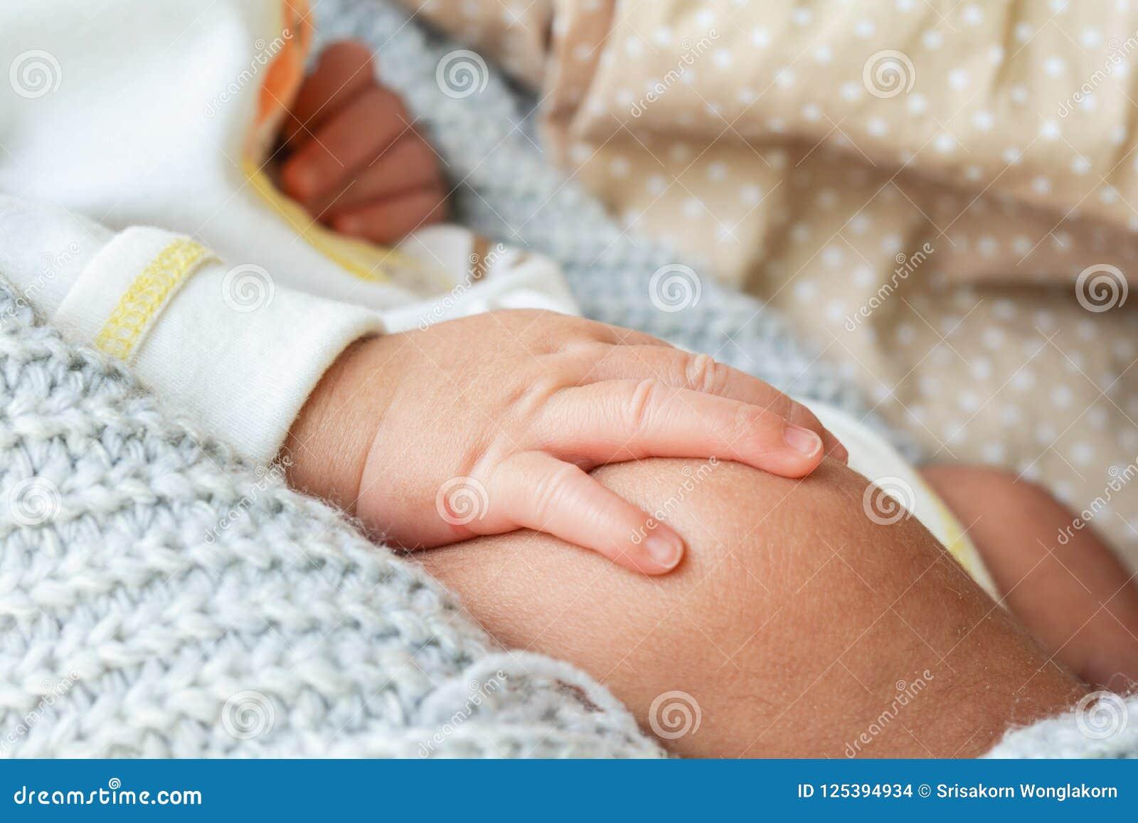 Behandla som ett barn handen på knä i säng