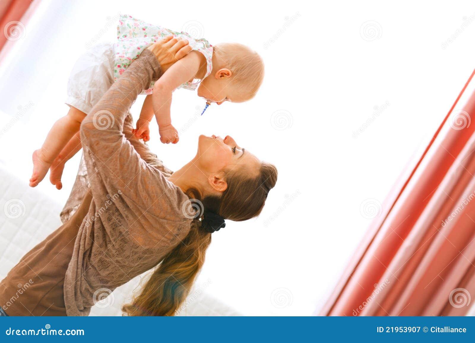 Behandla som ett barn henne leka stigning för mama upp barn