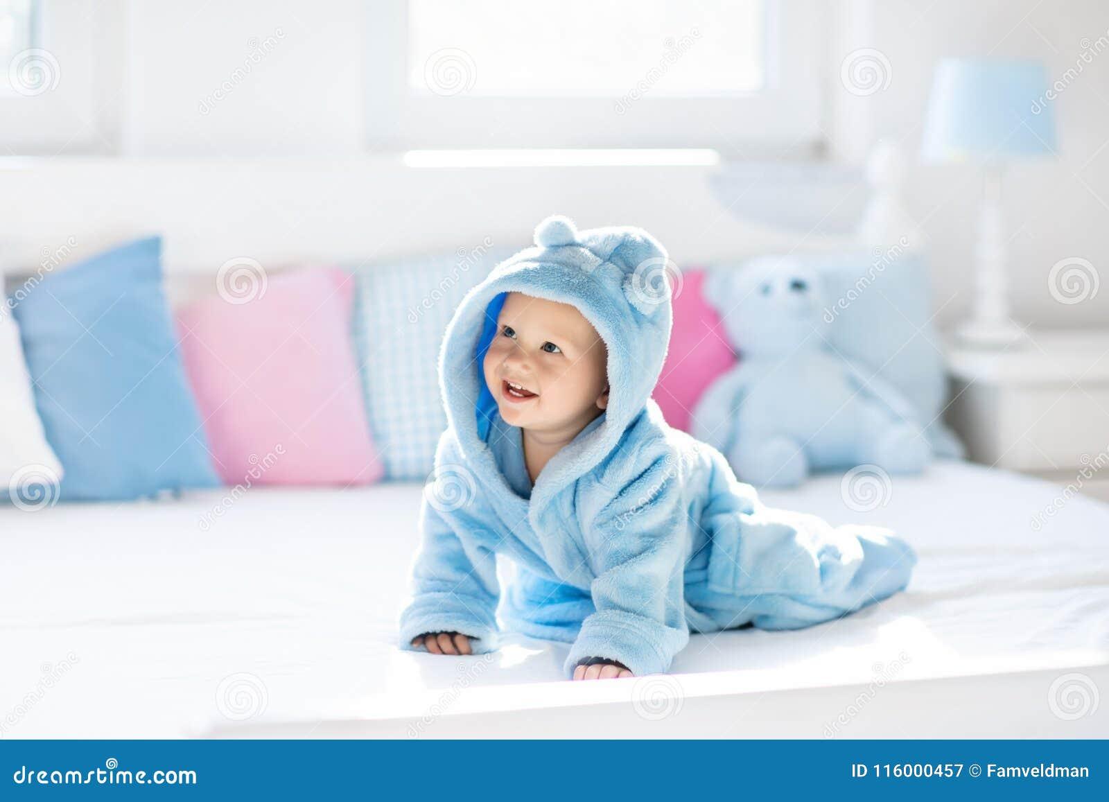 Behandla som ett barn i badrock eller handduk efter bad