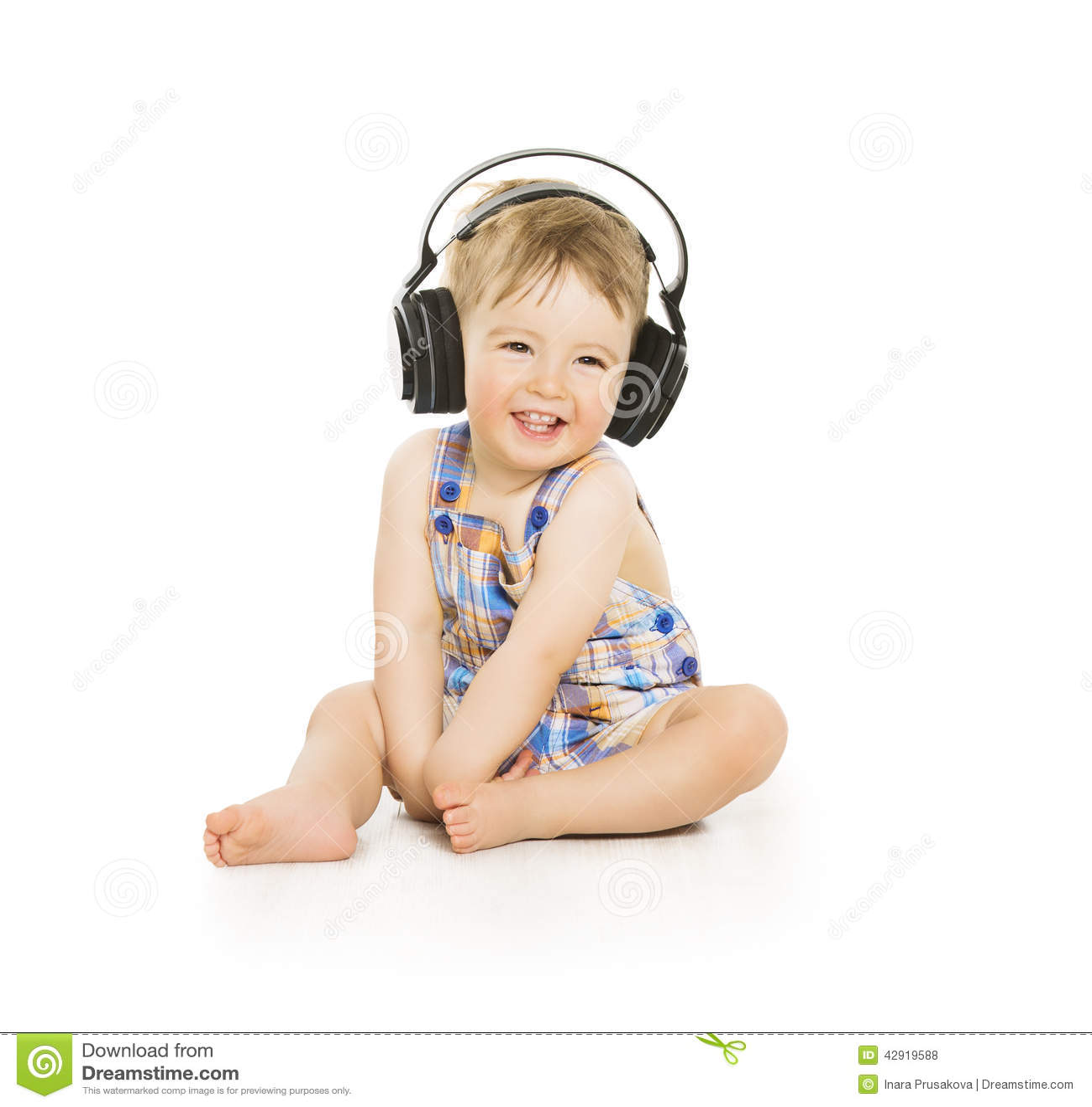 Behandla som ett barn i hörlurar som lyssnar till musik, småbarnet som över isoleras