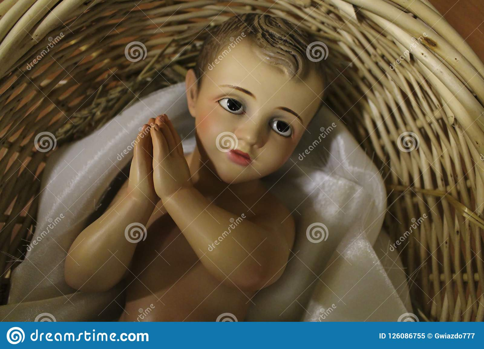 Behandla som ett barn Jesus i en gammal vide- korg