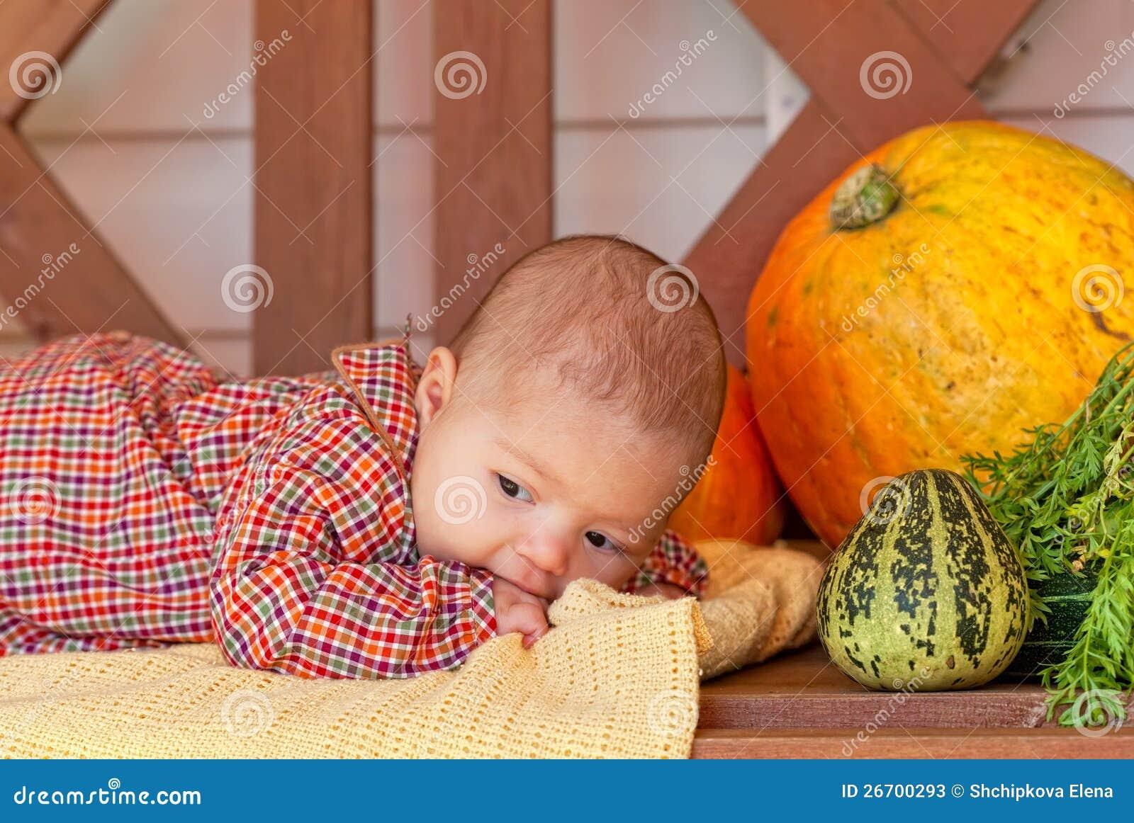 Behandla som ett barn lays på en träbänk