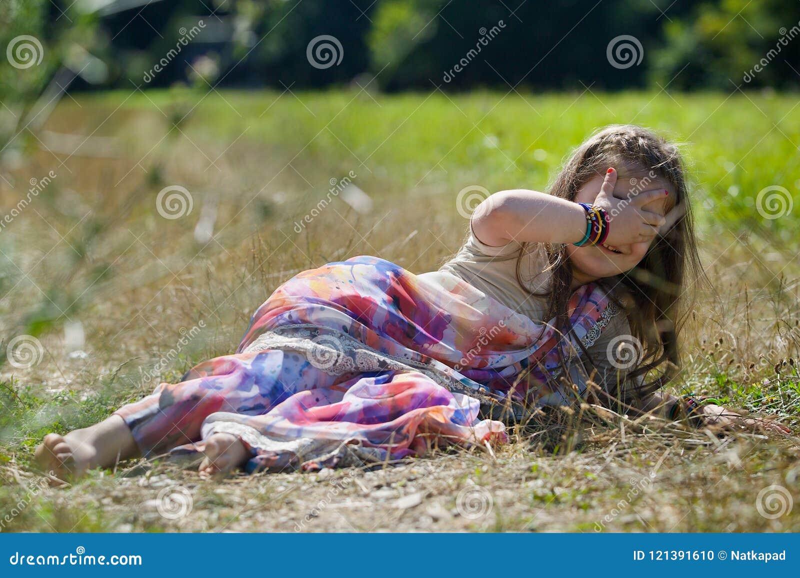 Behandla som ett barn lite flickan som är iklädd en sari av indisk kultur