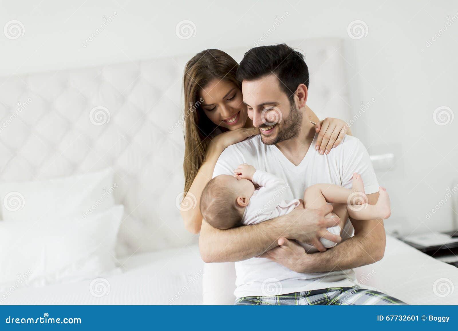 Behandla som ett barn lyckligt nyfött för familj