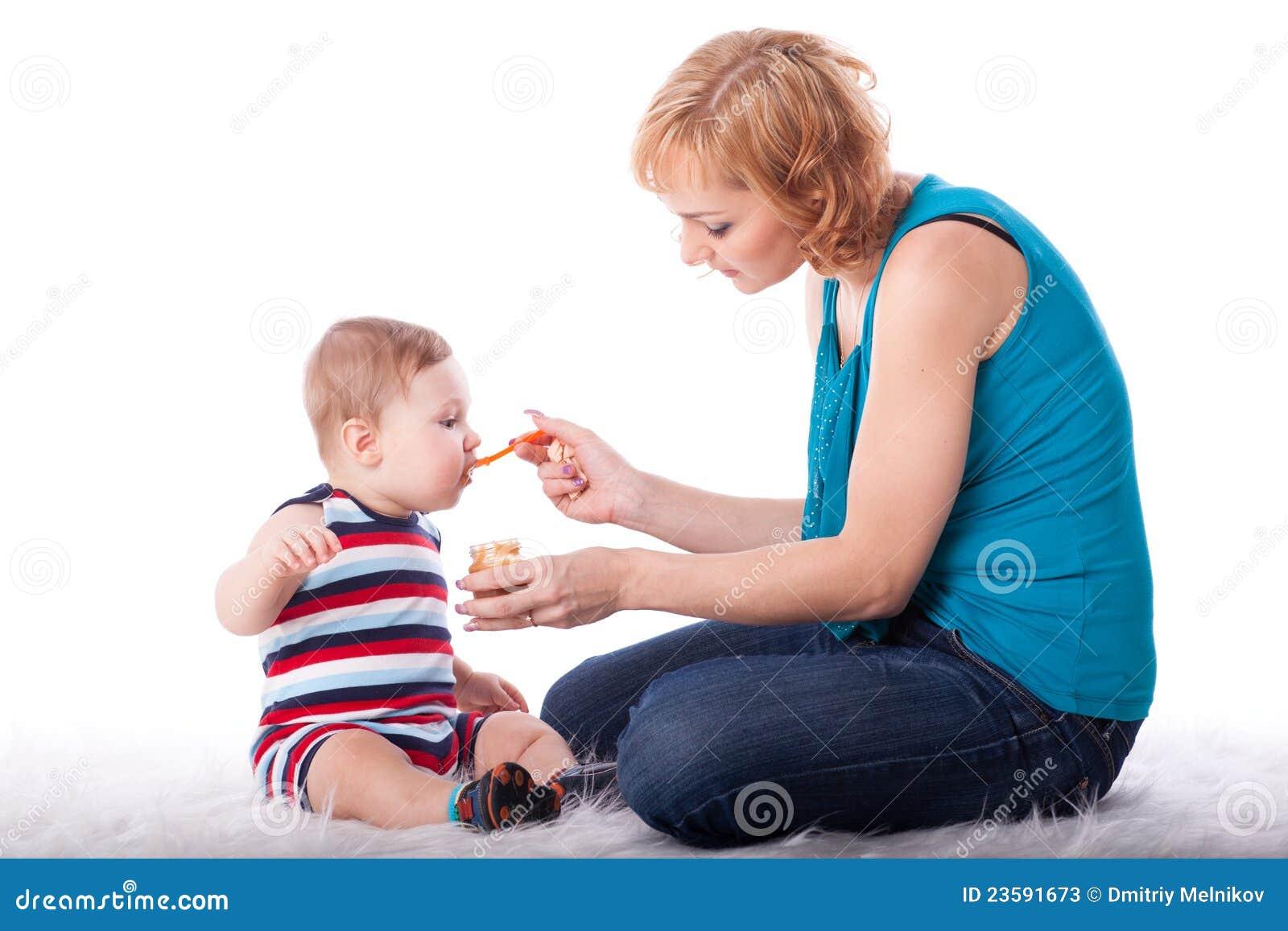 Behandla som ett barn matningar henne moderbarn