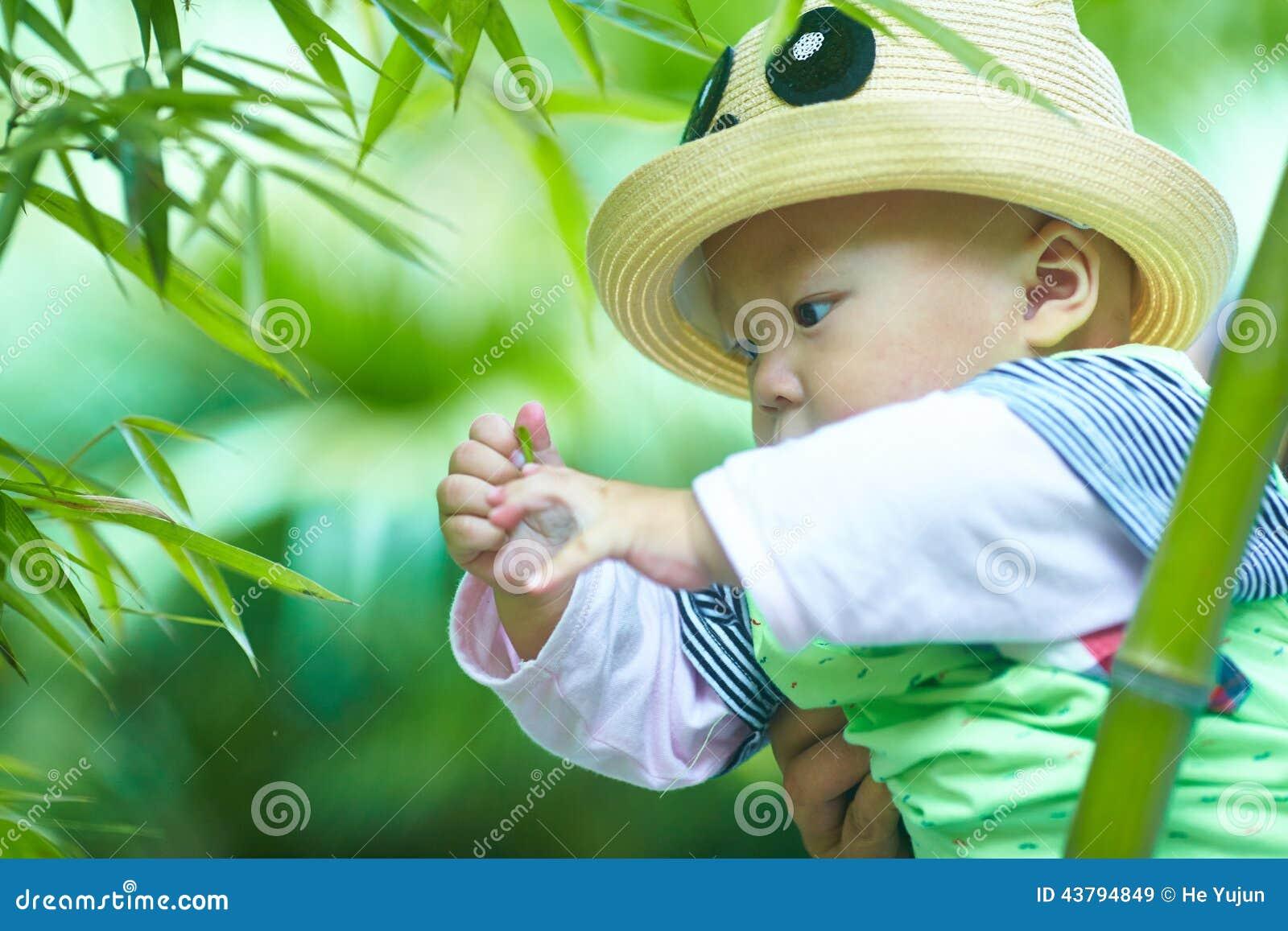 Behandla som ett barn pojkelek i bambuskog