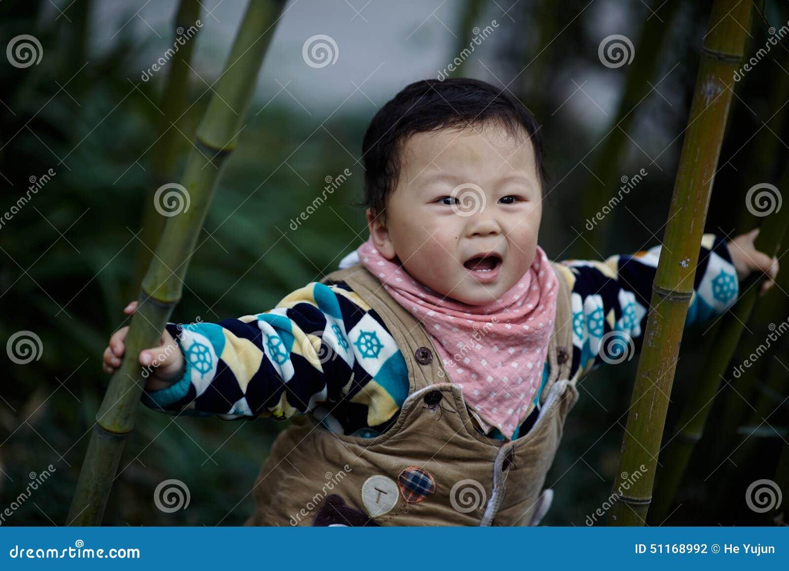 Behandla som ett barn pojken i bambuskog