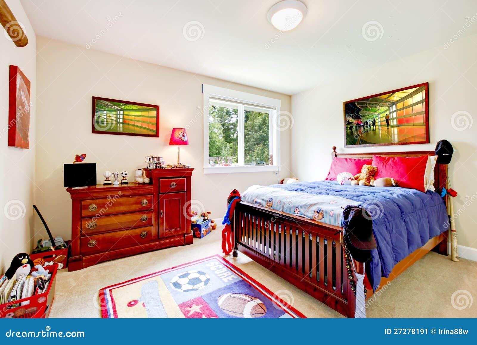 Behandla som ett barn pojkesovrummet med wood möblemang