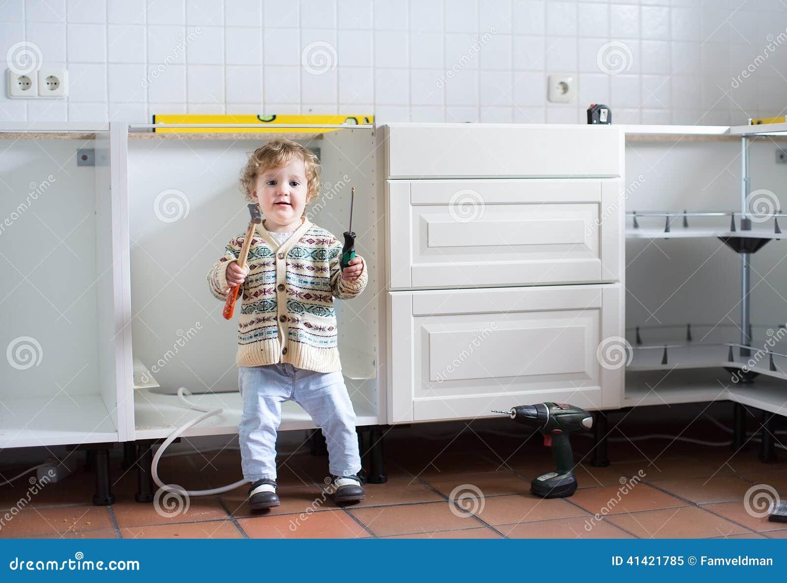 Behandla Som Ett Barn Portionen För Att Montera Kök I Nytt Hem ... : montera kök : Kök