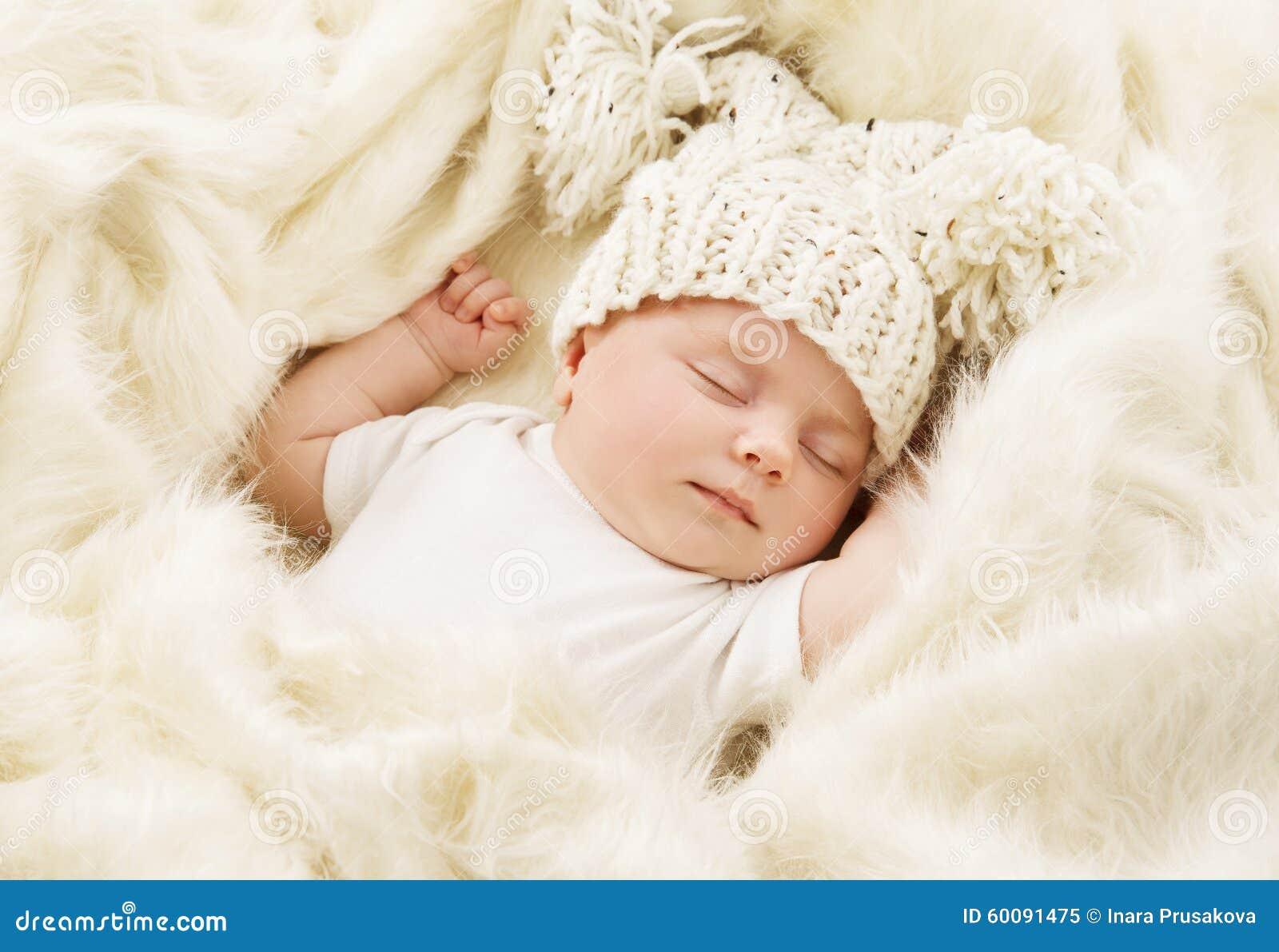 Behandla som ett barn sova, nyfödd ungesömn i hatten, nyfödd flicka