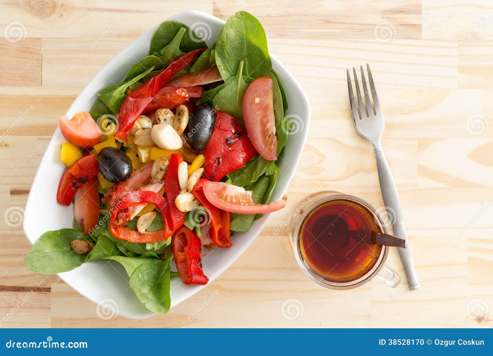 Behandla som ett barn spenatsallad med oliv, peppar och tomaten
