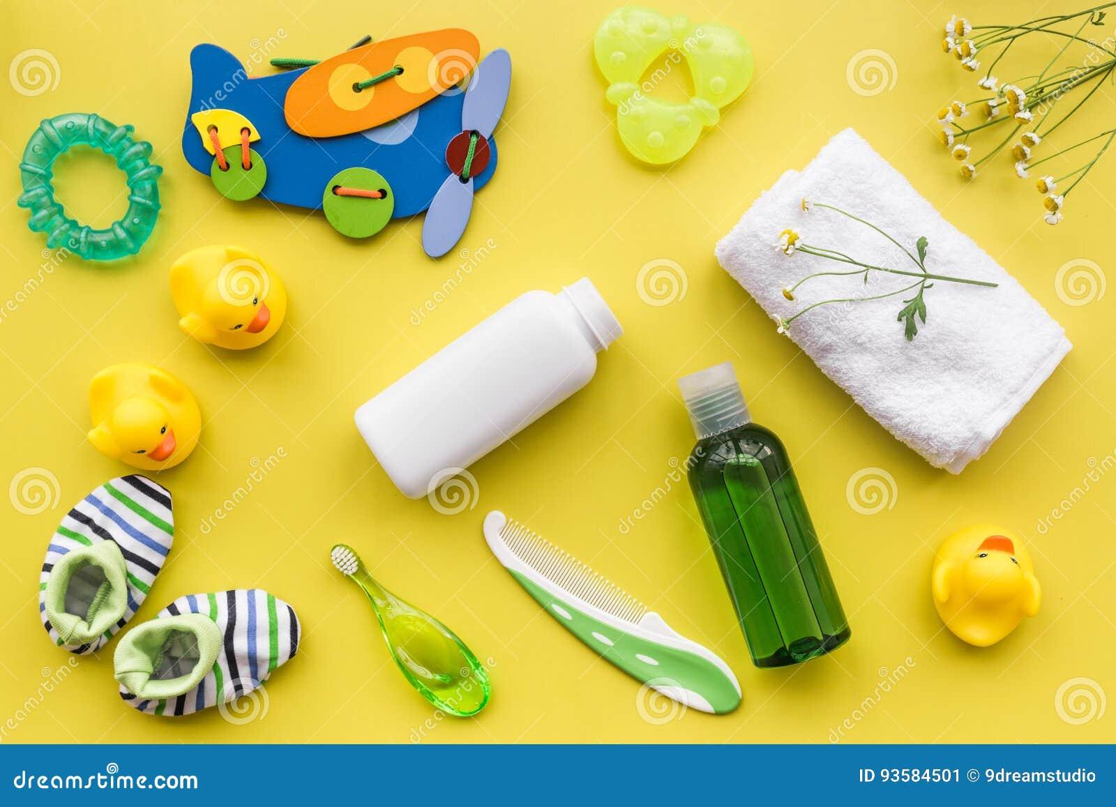 Behandla som ett barn tillbehör för bad med kroppskönhetsmedlet och änder på gul modell för bästa sikt för bakgrund