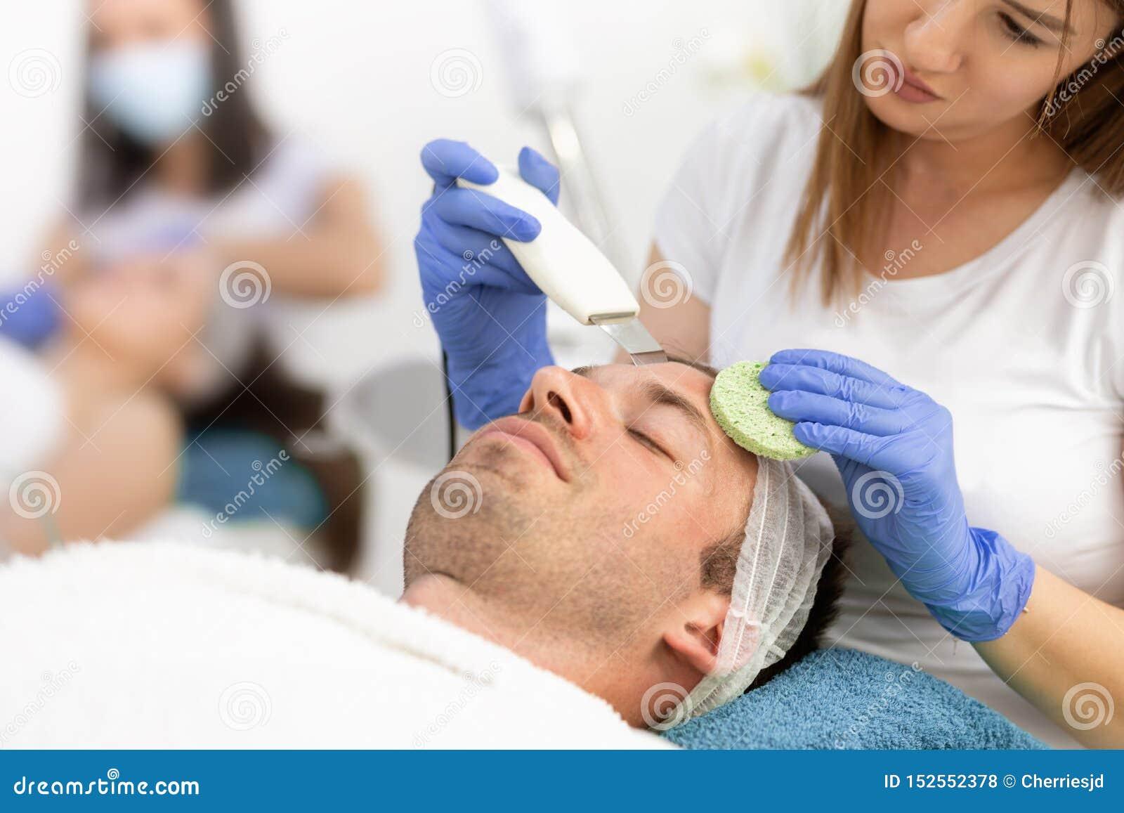 Behandling av att göra ren ansikts- manlig hud
