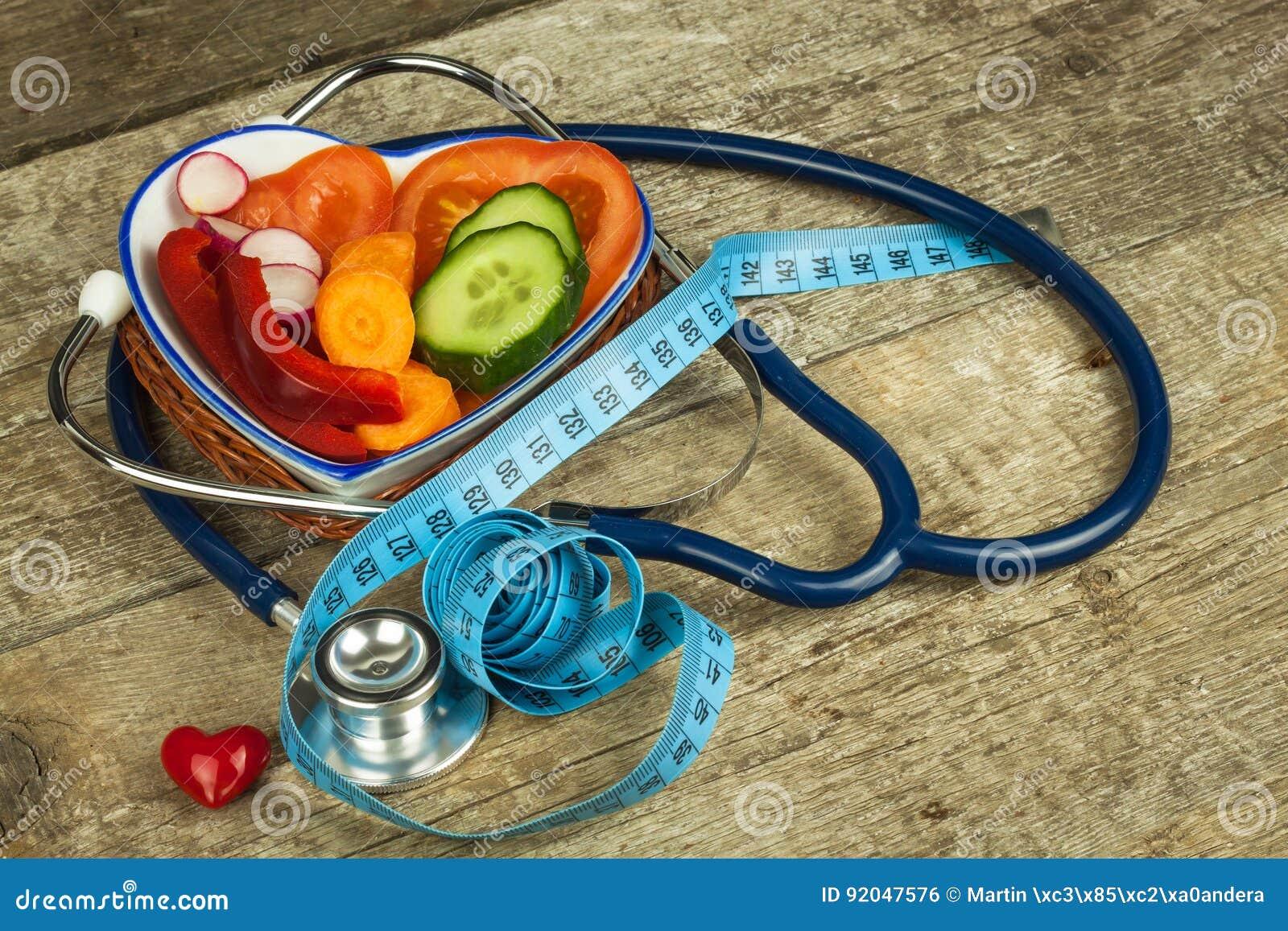 Behandlung von Korpulenz Diät auf einem Holztisch Gesundes Gemüse