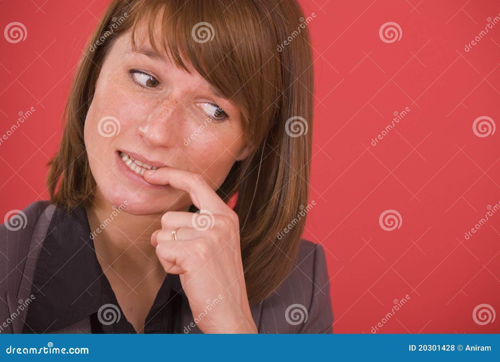Beißende Nägel der nervösen Frau