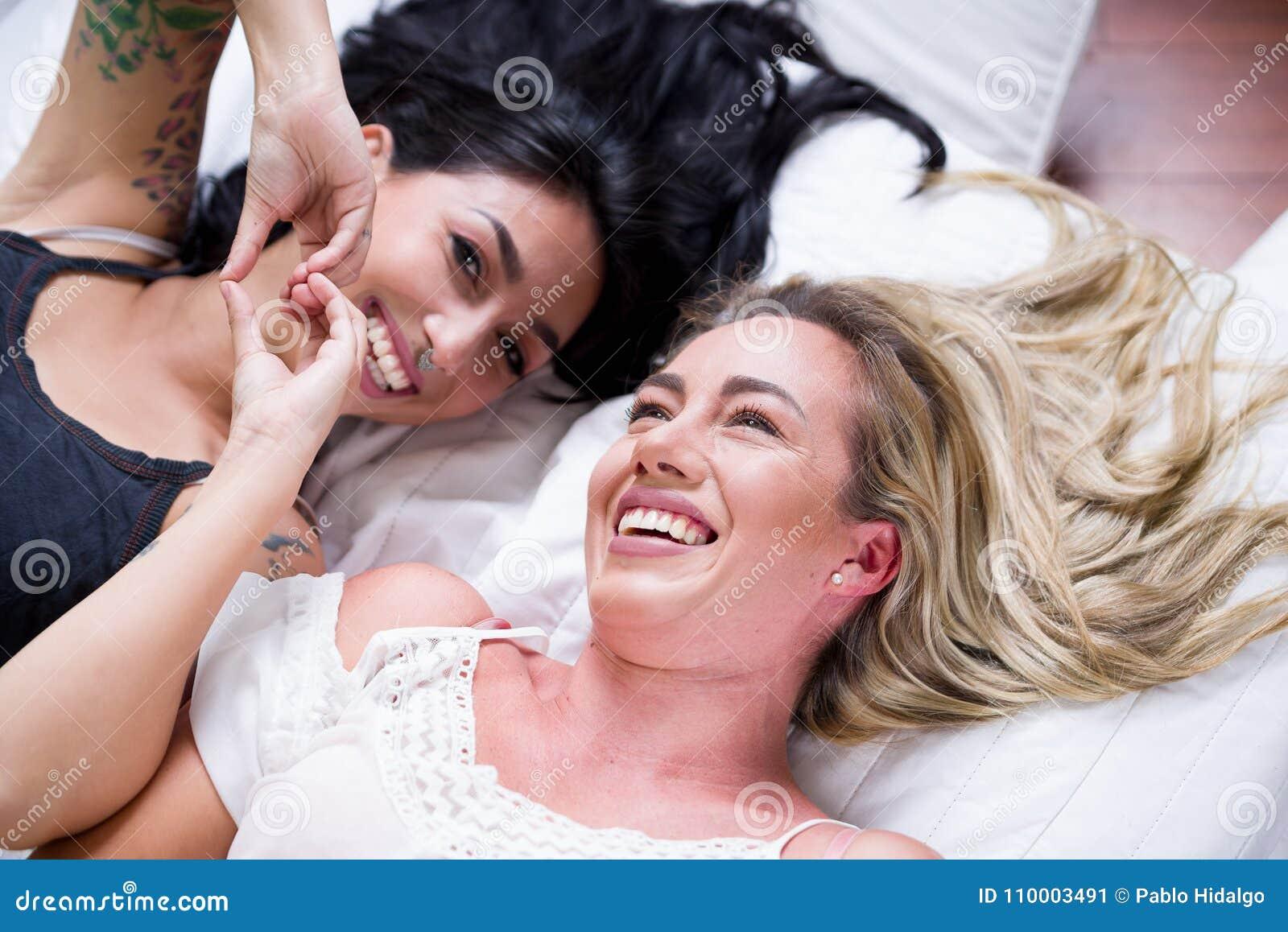 nero lesbiche su letto nero e Freaky