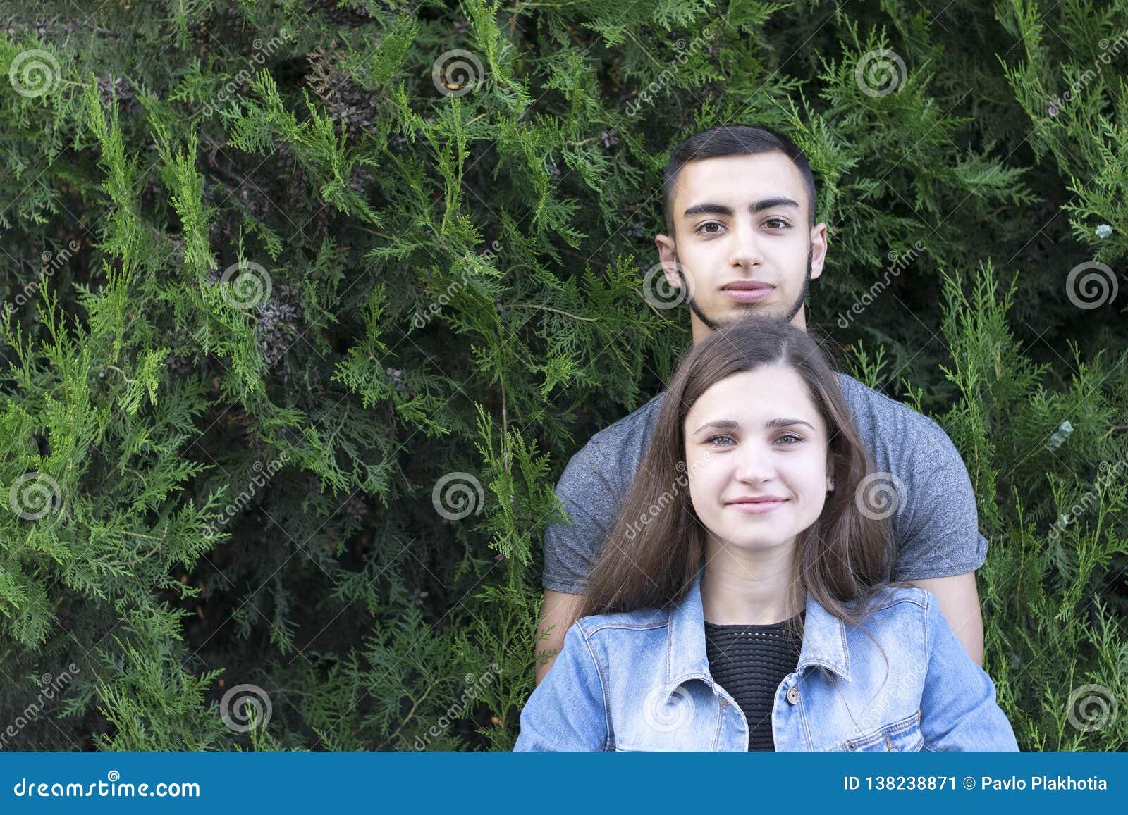Bei amica e ragazzo in parco