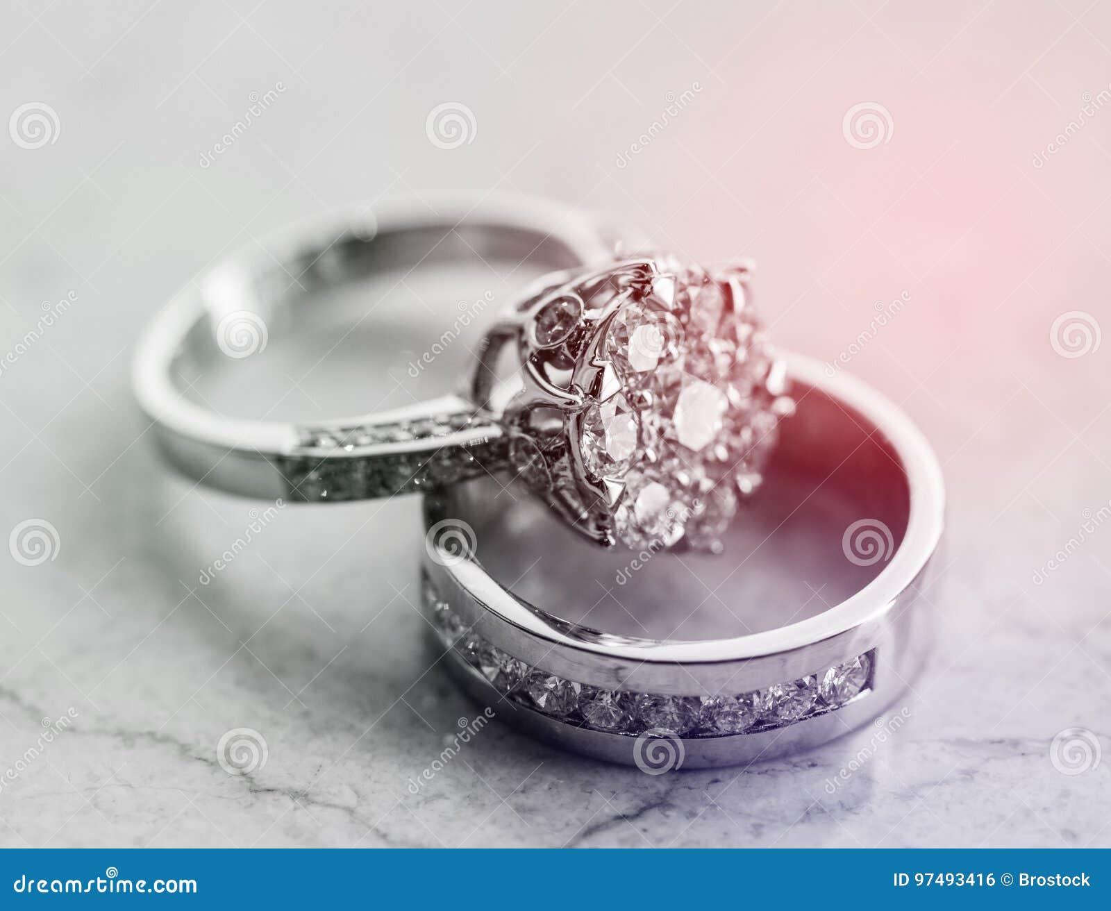 Bei anelli dei gioielli con luce solare