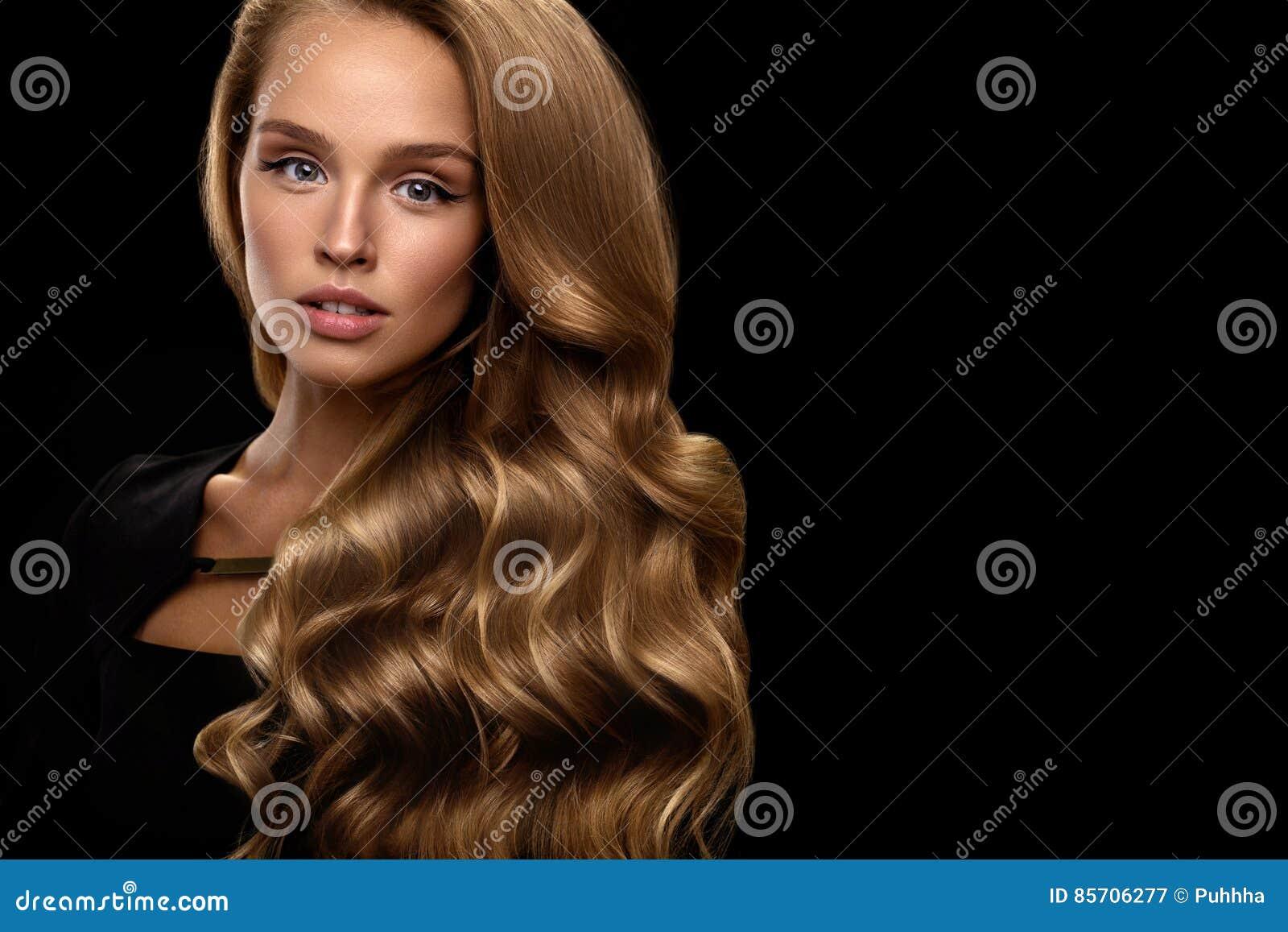 Bellezza e trucco dei capelli Bello colore dei capelli di With Perfect  Blonde del modello della ragazza di modo e fronte splendido Donna sexy  attraente con ... e53b2d0c630d
