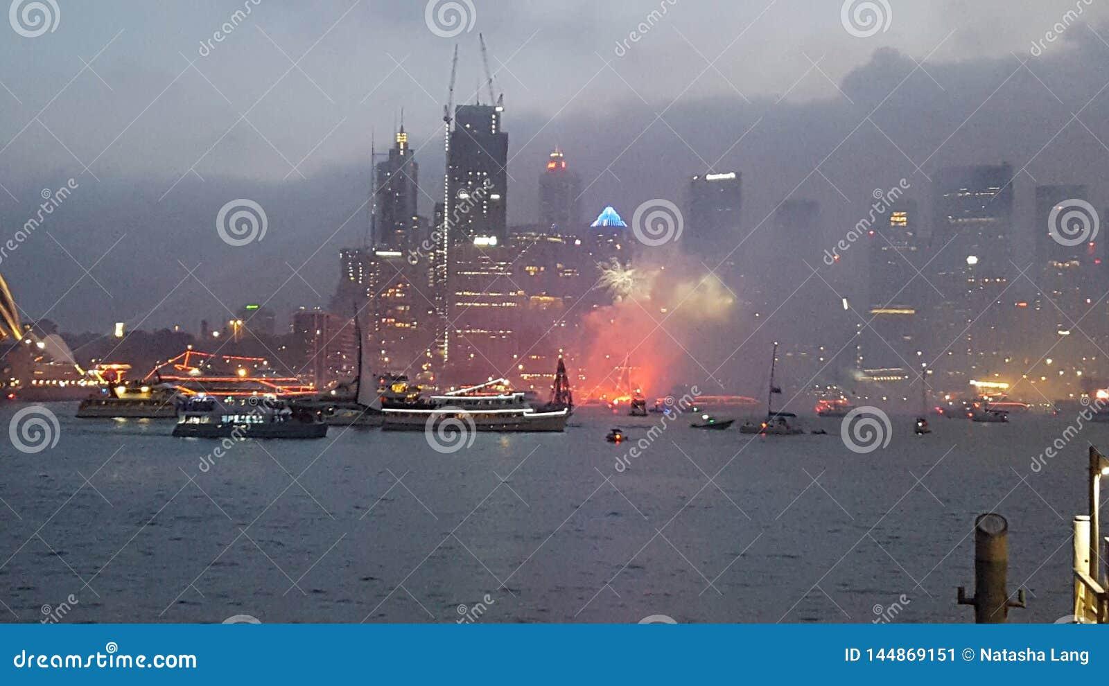 Bei fuochi d artificio attraverso Sydney Harbour dal punto Sydney di Milsons il giorno dell Australia