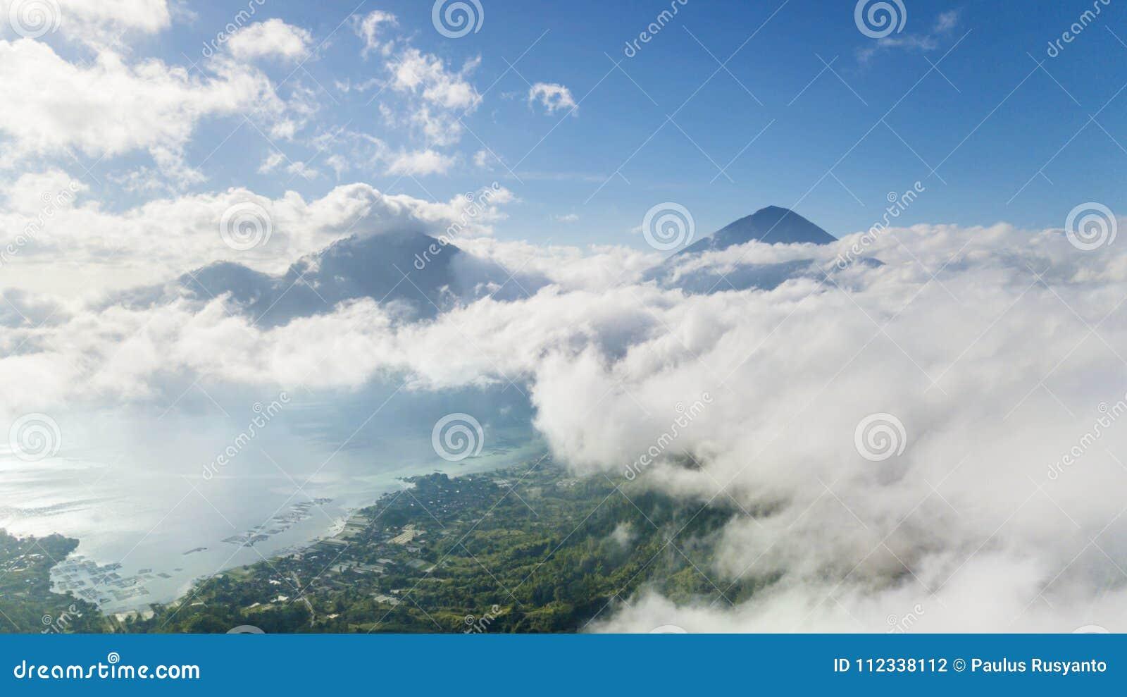 Bei lago e vulcano Batur con foschia