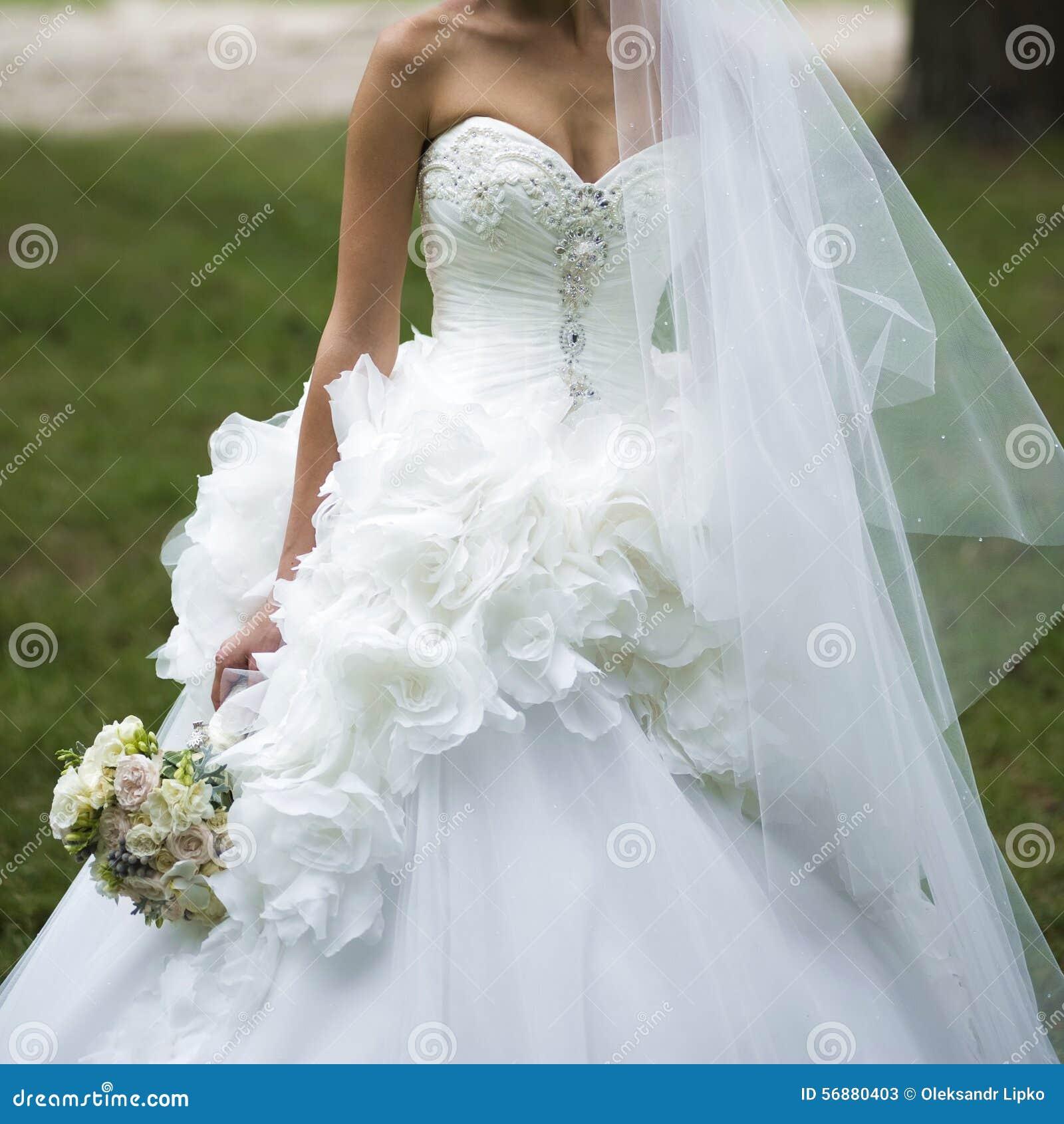 Bei mazzi dei fiori pronti per la grande cerimonia di nozze