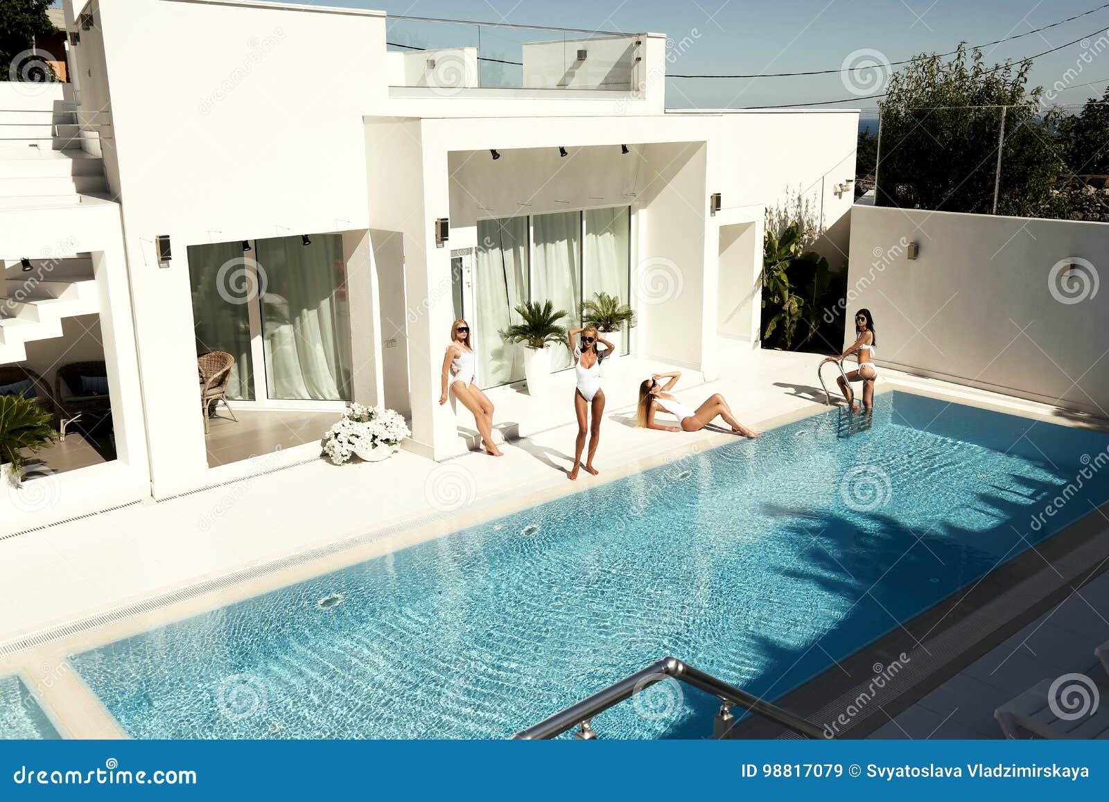 Bei modelli in costume da bagno posante vicino alla cacca lussuosa di nuoto immagine stock - Bagno sporco di cacca ...