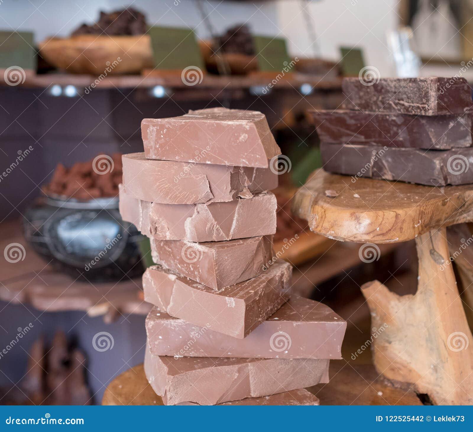 Bei pezzi di cioccolato accatastati su su un contatore di legno in un deposito nel vicolo del mattone, Londra, Regno Unito