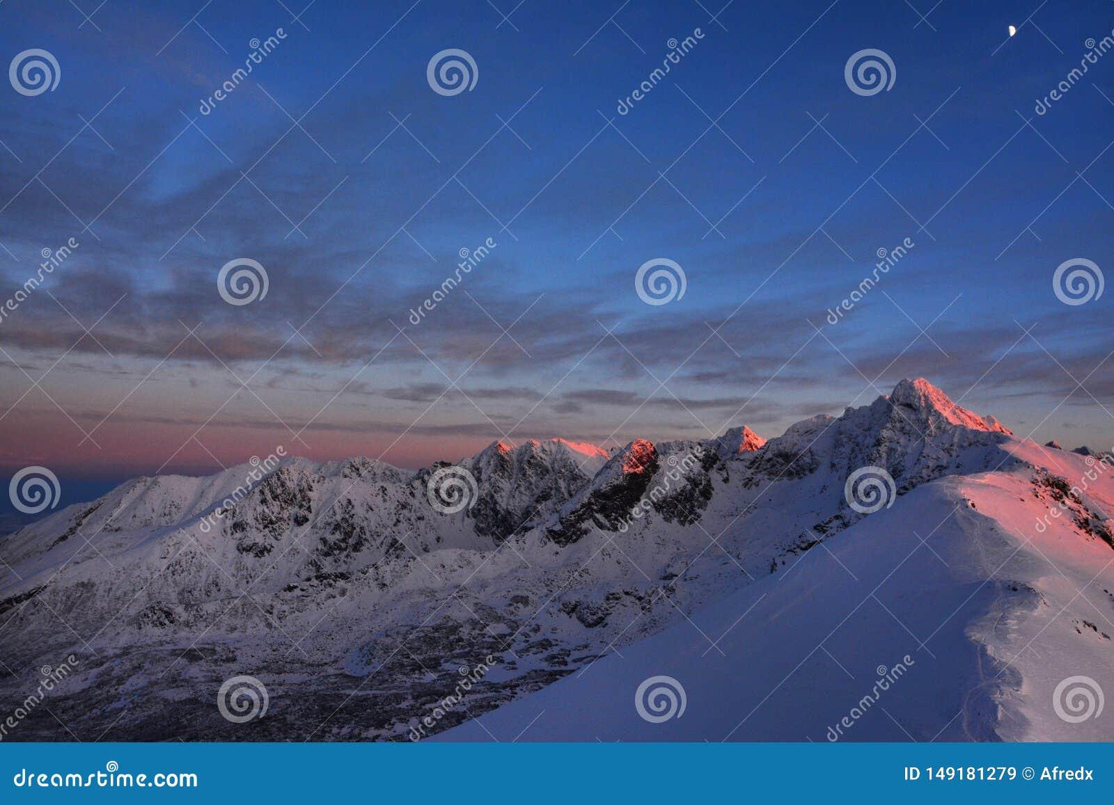 Bei picchi di montagna alla notte