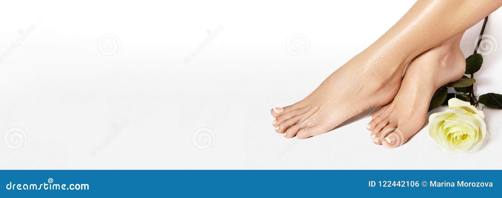 Bei piedi nudi Inchiodi verniciando, manicure francese nel colore bianco Pedicure, polacco di unghie nel concetto del salone di b