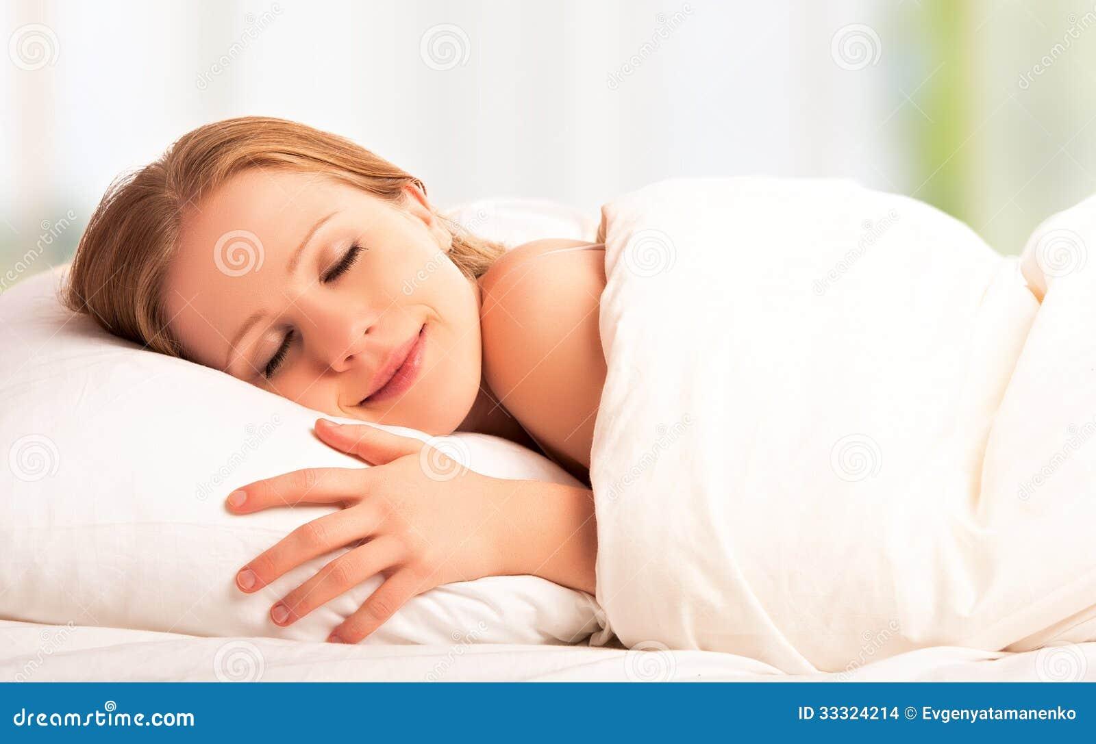 Bei sonno e sorrisi della donna nel suo sonno a letto - Immagini innamorati a letto ...