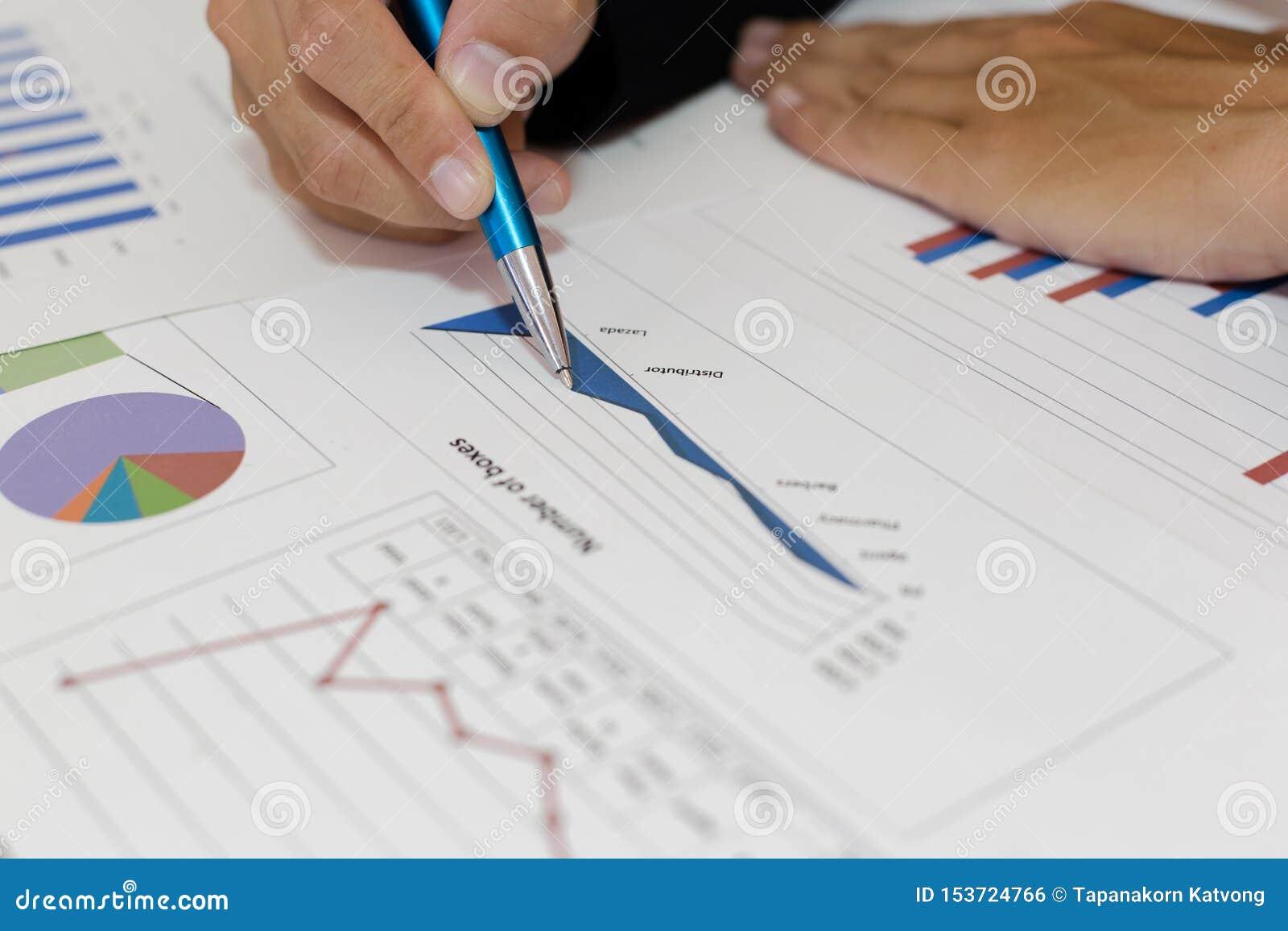 Beide accountants hebben de financiën van het bedrijf gecontroleerd Het werk en de winst van het bedrijf hebben gecontroleerd te
