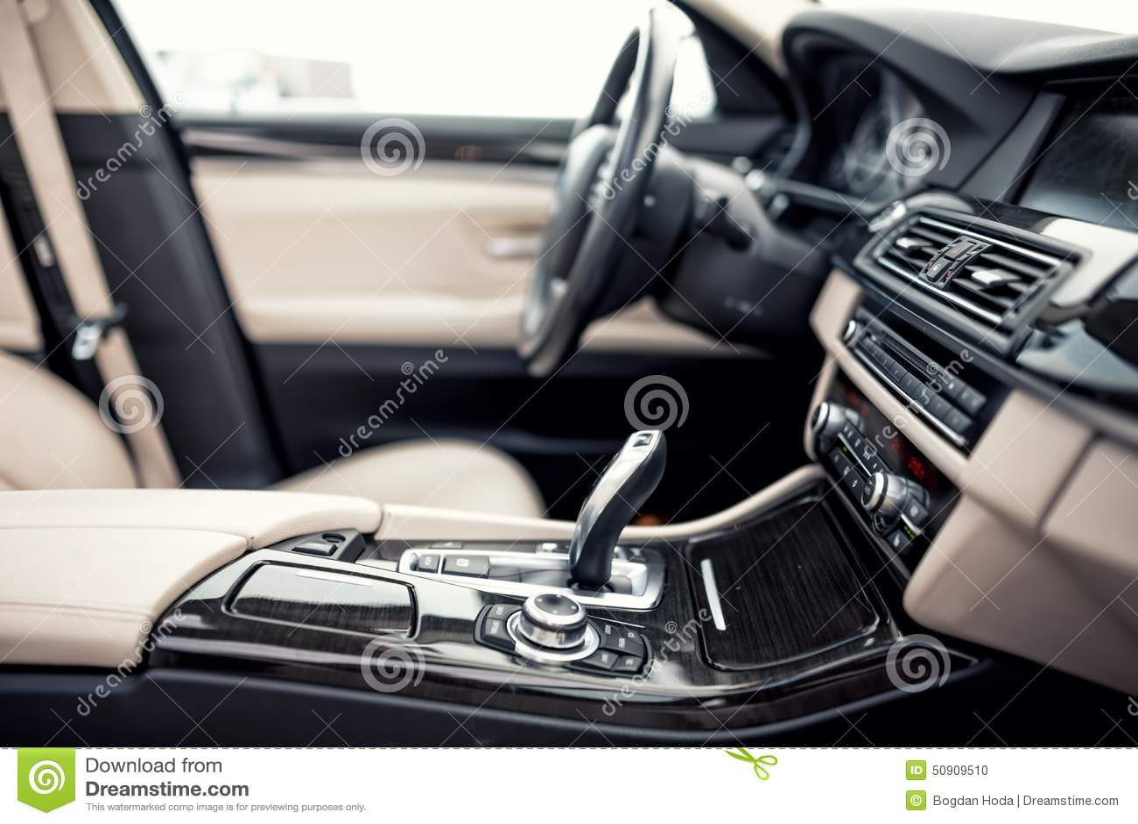Beiga- och svartinre av den moderna bilen, närbilddetaljer av den automatiska överföringen och växelspaken mot lodisar för styrni