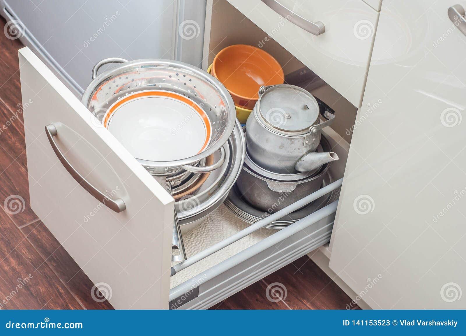 Beige dei gabinetti del cassetto della cucina