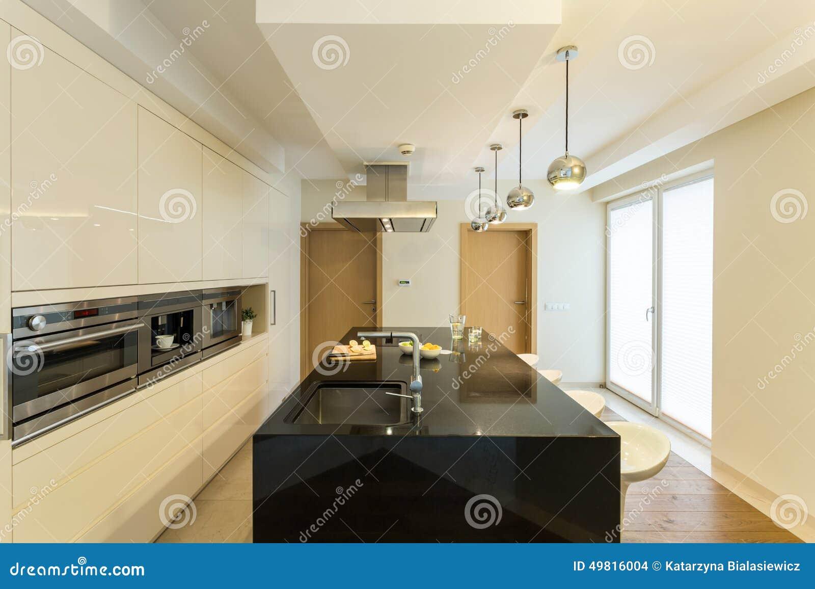 Beige inre av kök i lägenhet arkivfoto   bild: 49816004